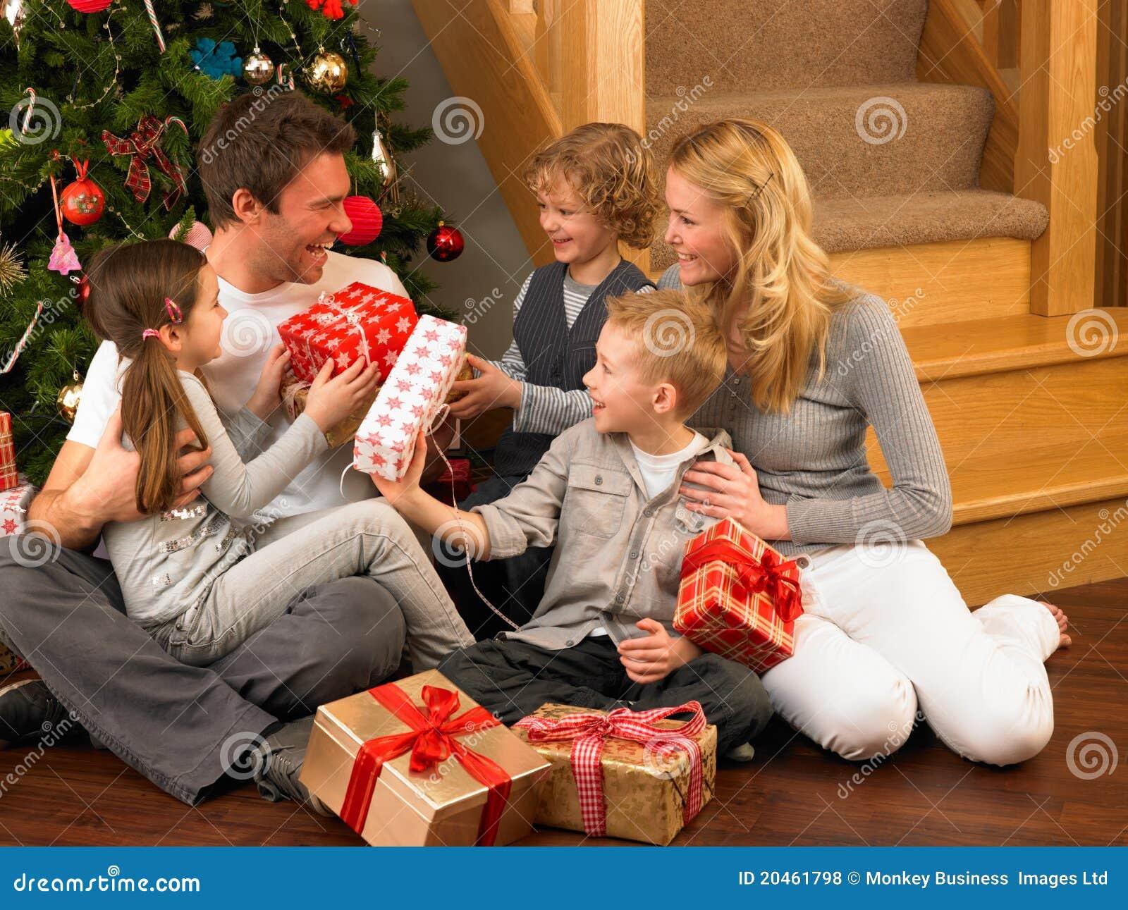 Familie, Die Geschenke Vor Weihnachtsbaum Austauscht Stockfoto ...