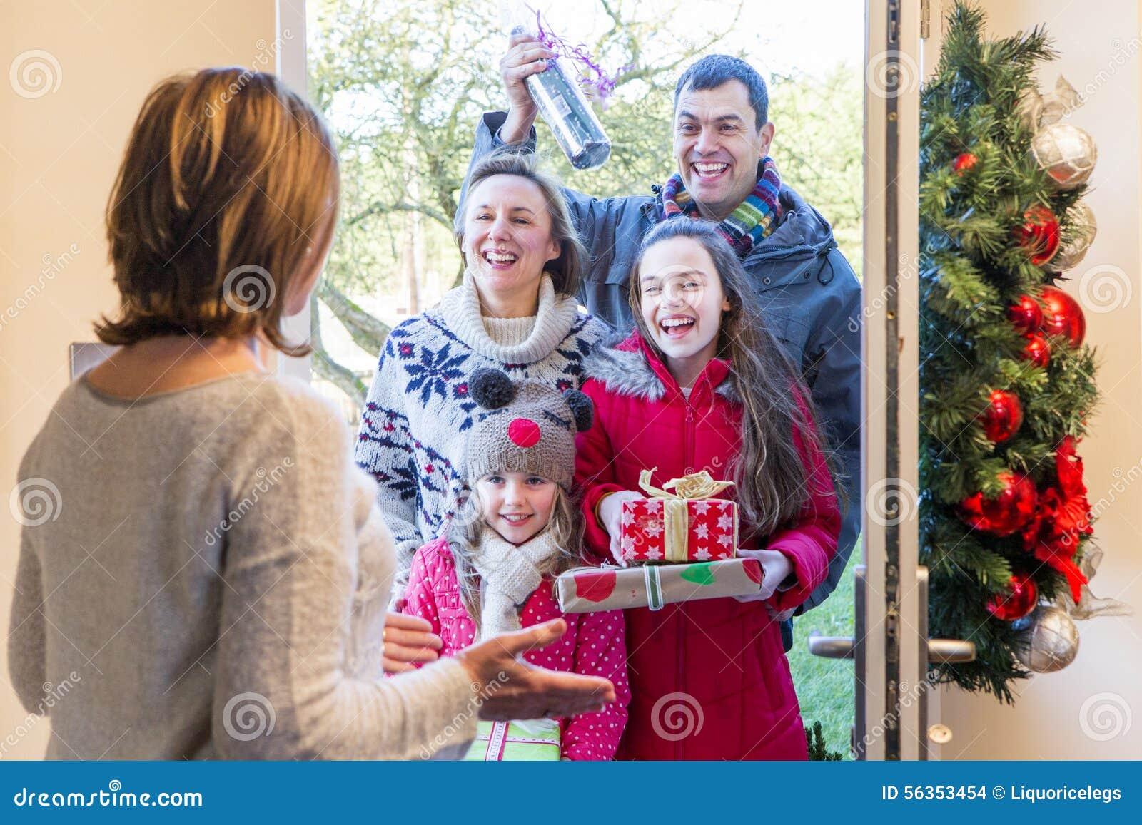 Familie, Die Geschenke Am Weihnachten Liefert Stockfoto - Bild von ...
