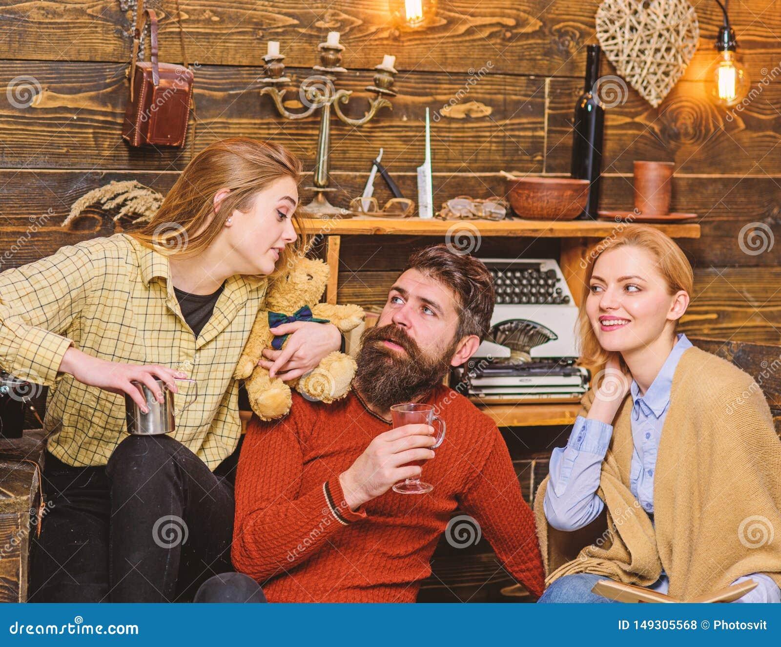 Familie die, het besteden tijd zich samen verzamelen Vrouw die met gelukkige glimlach op haar echtgenoot en het tienerjong geitje