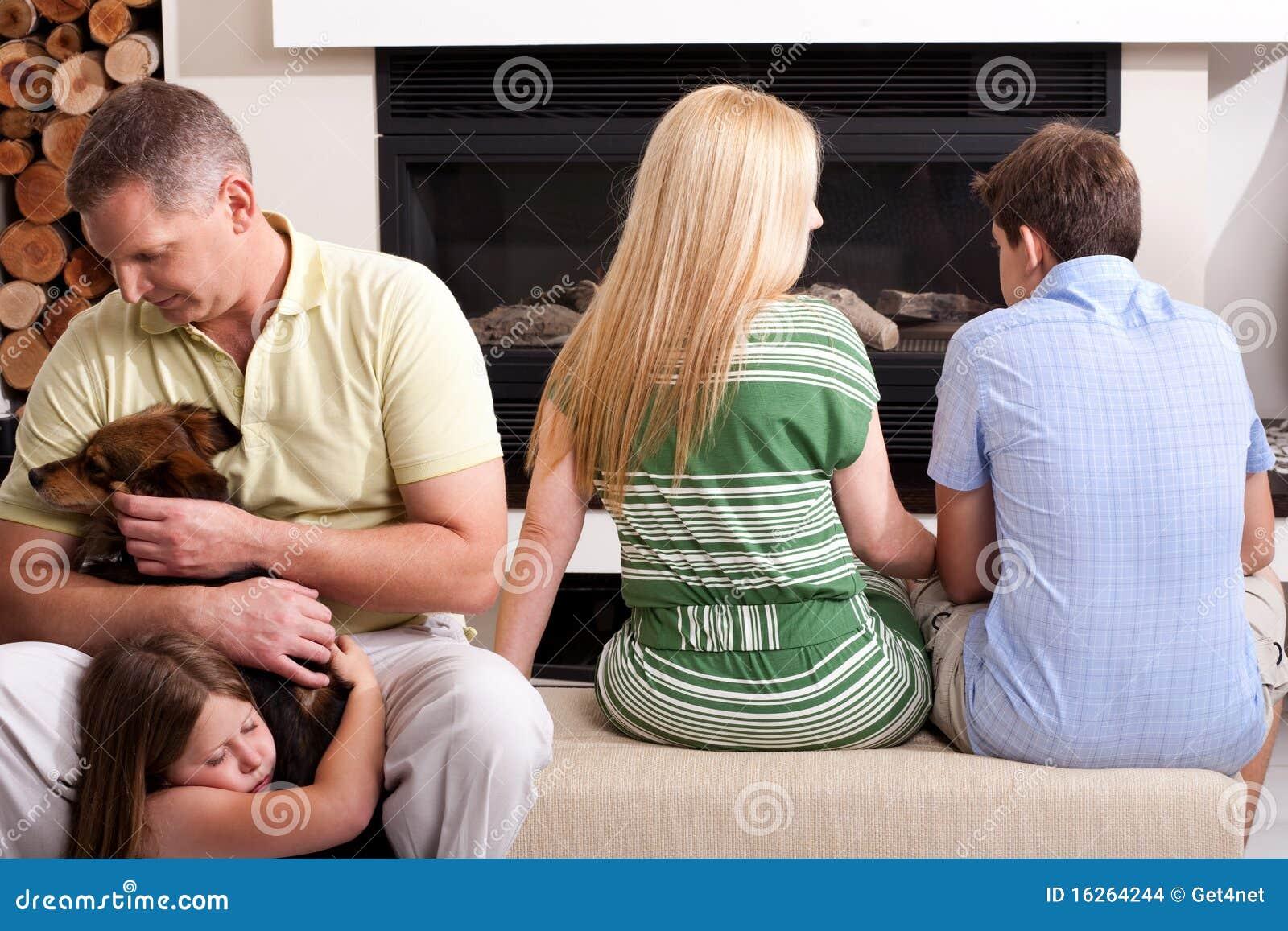Familie die hun lesiuretijd doorbrengt