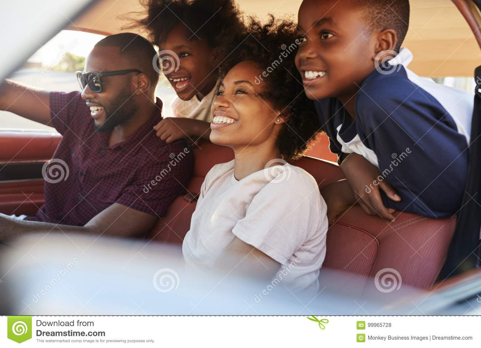 Familie, die im Auto während der Autoreise sich entspannt