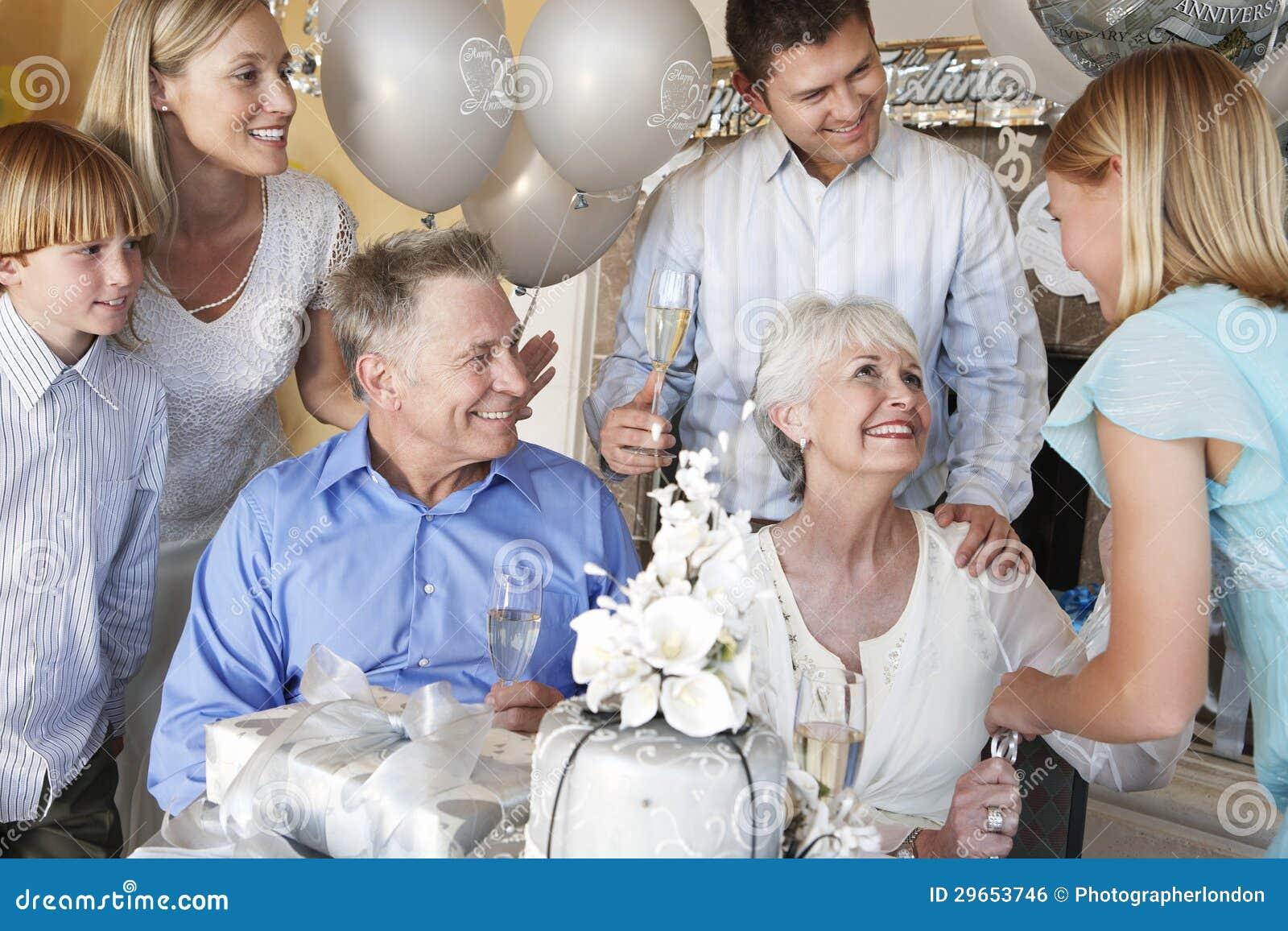 Familie, die 25. Jahrestag feiert