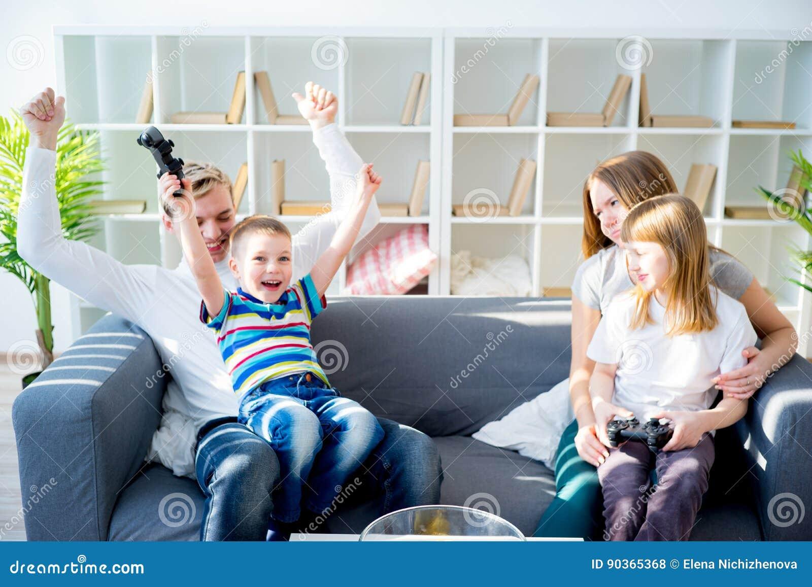 Familie, die Konsole spielt