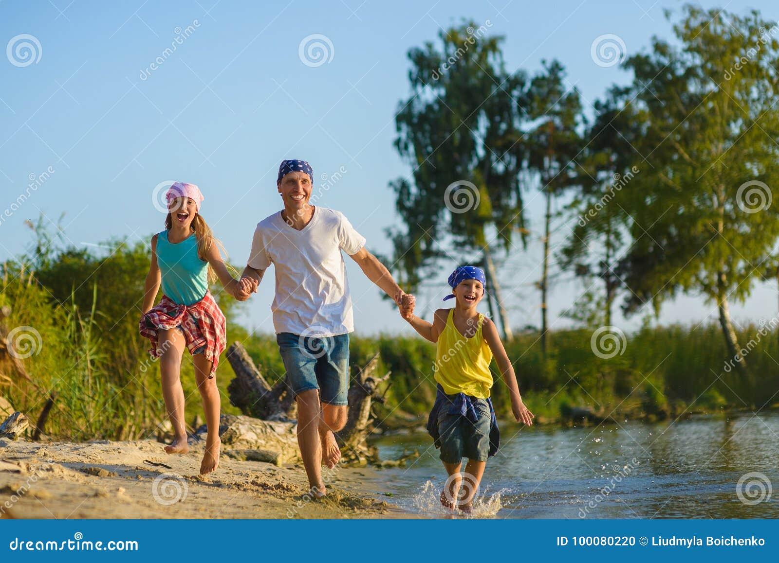 Familie die langs Strand in werking wordt gesteld Vakantie en reisconcept
