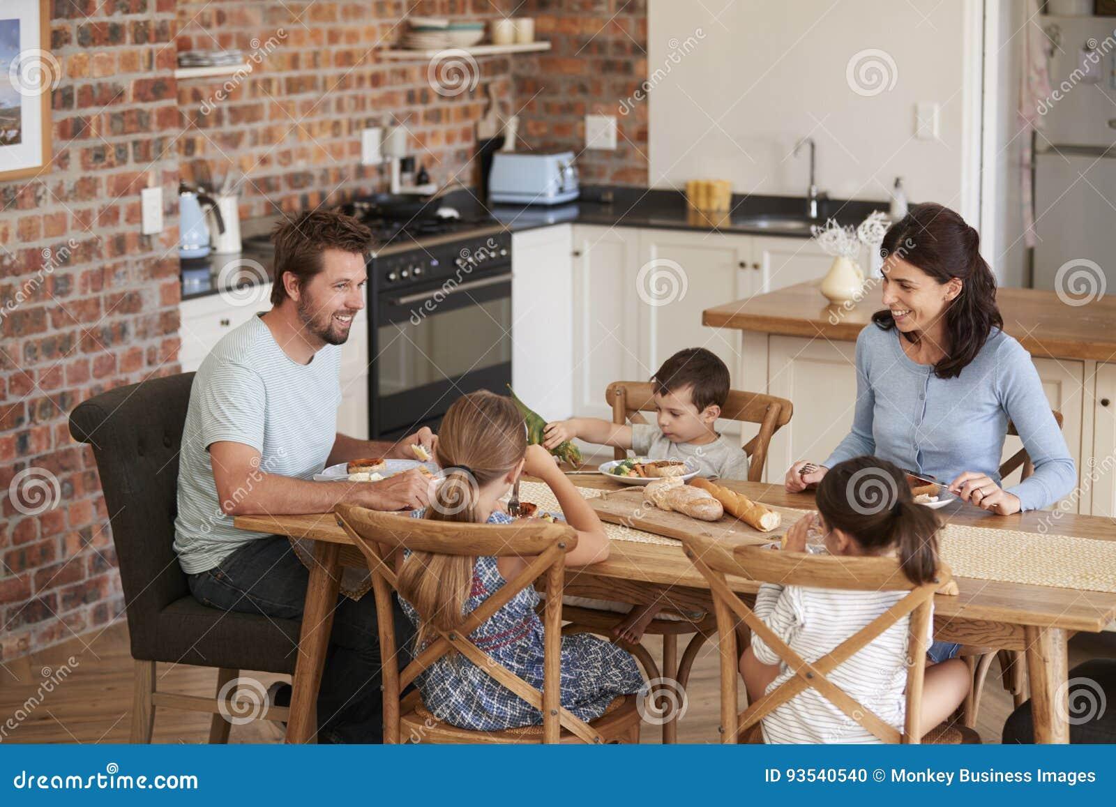 Familie die Maaltijd in Open Plankeuken samen eten