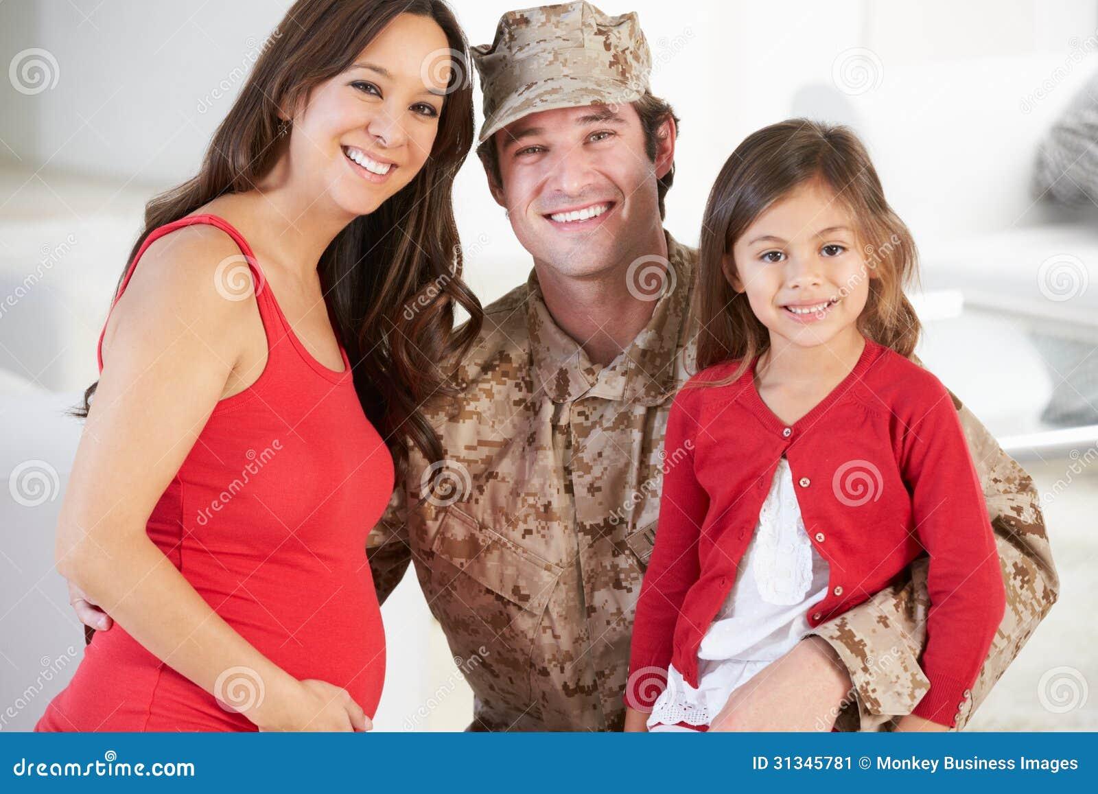 Familie die Militaire Vader Home On Leave begroeten
