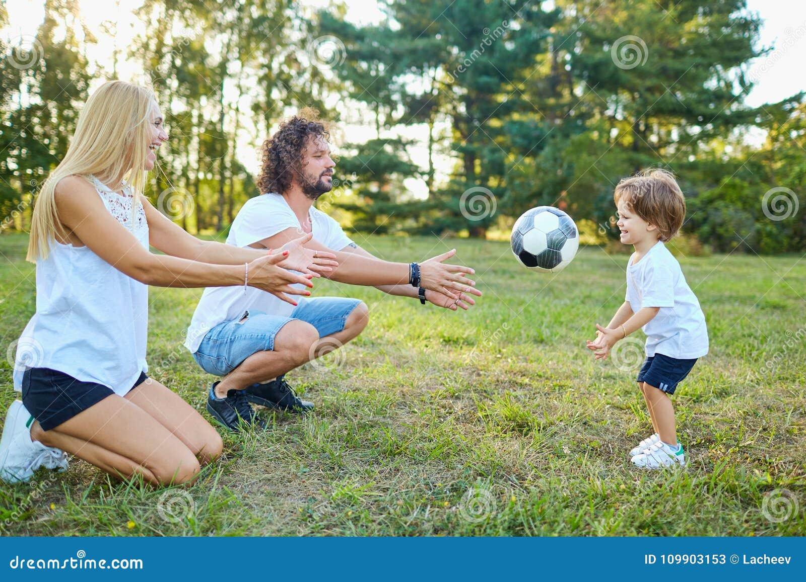 Familie, die mit einem Ball im Park spielt