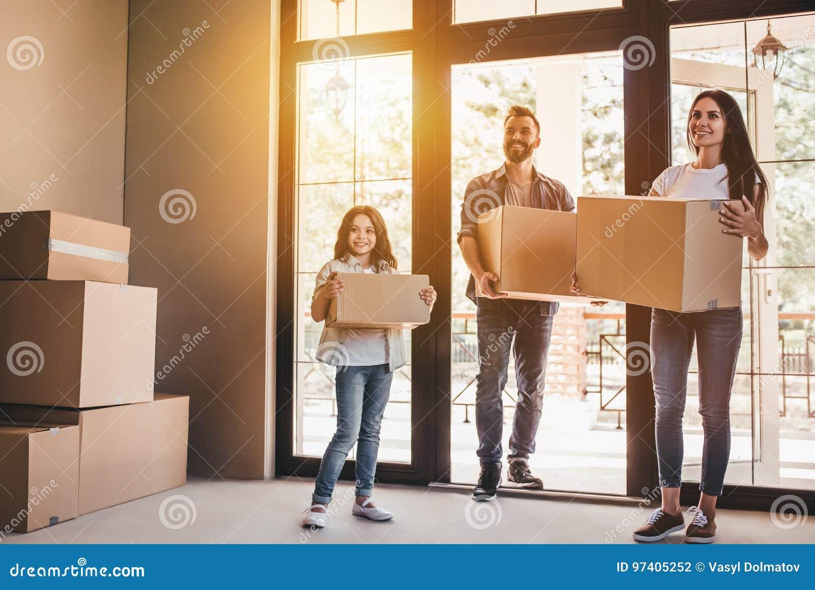 Familie, die in neues Haus sich bewegt
