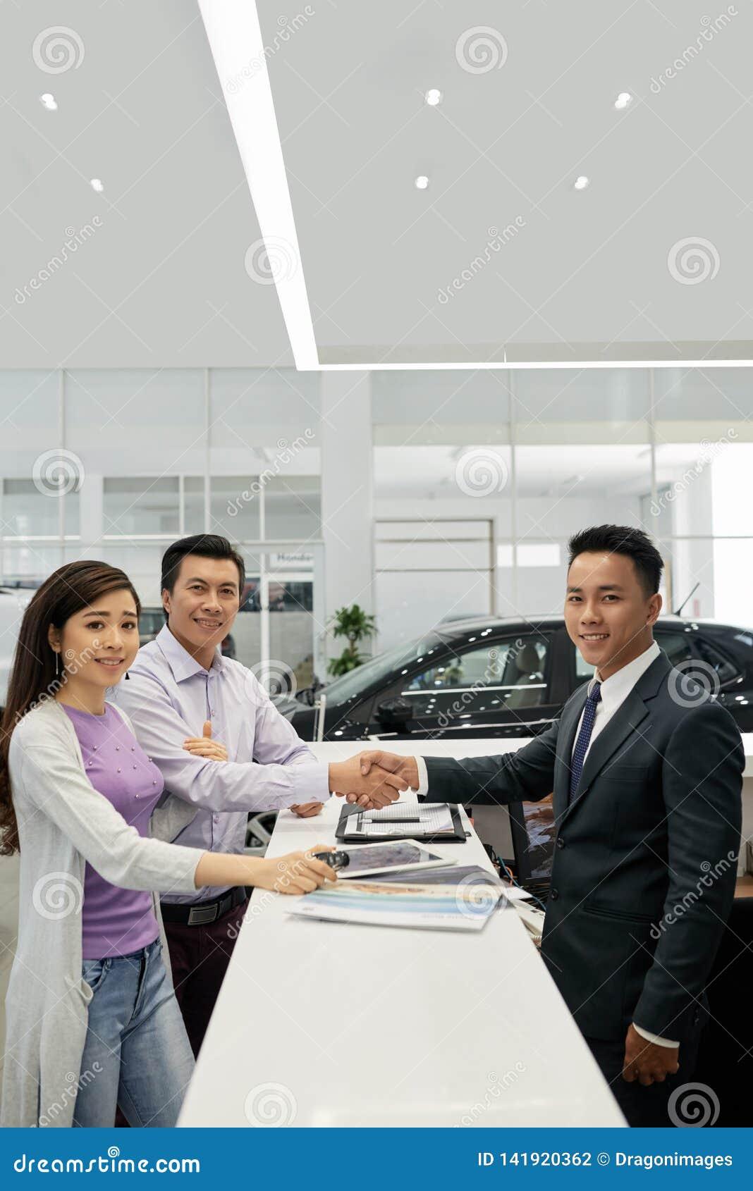 Familie die nieuwe auto kopen
