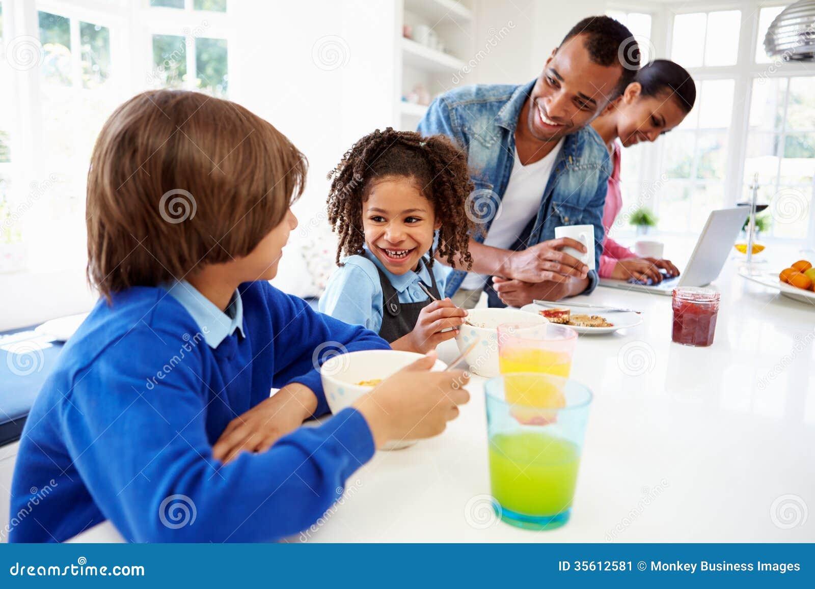 Familie die Ontbijt in Keuken heeft voor School