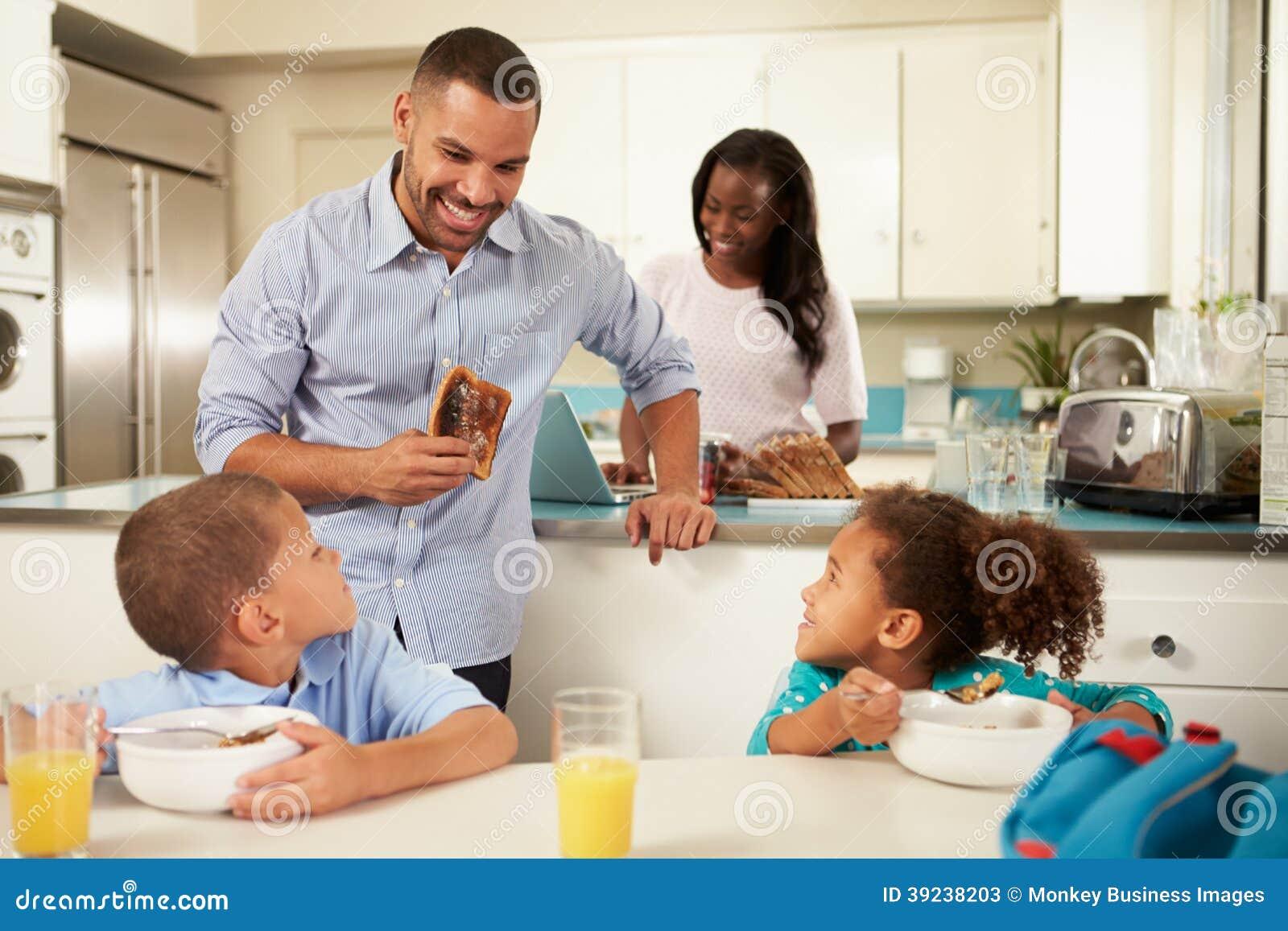 Familie die Ontbijt thuis samen eten