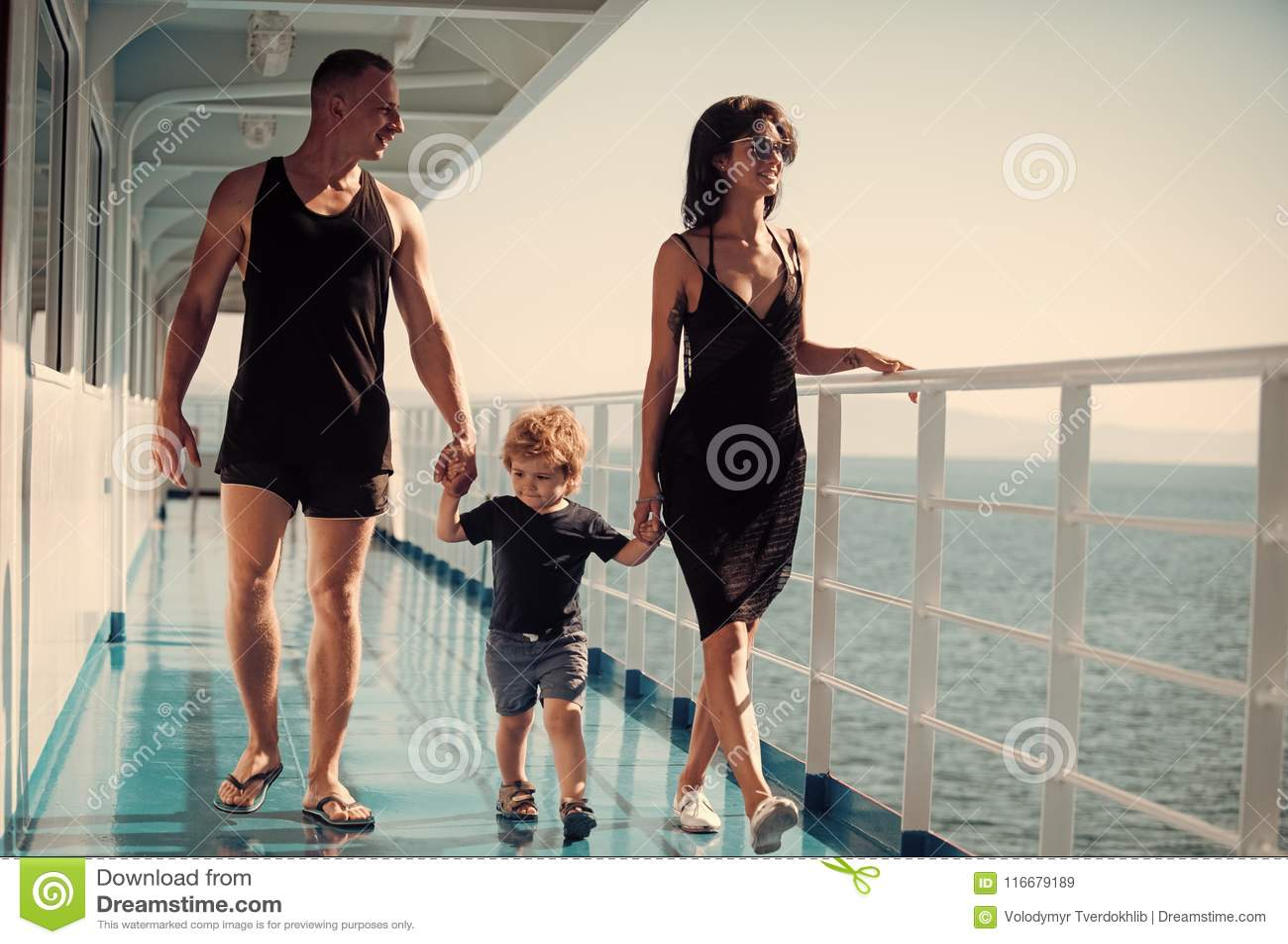 Familie die op cruiseschip reizen op zonnige dag Familie met leuke zoon op de zomervakantie Familierust concept vader