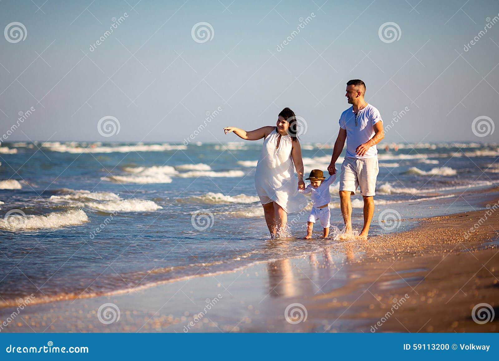Jonge Jongen Die Bij Het Mooie Strand Loopt Stock Foto