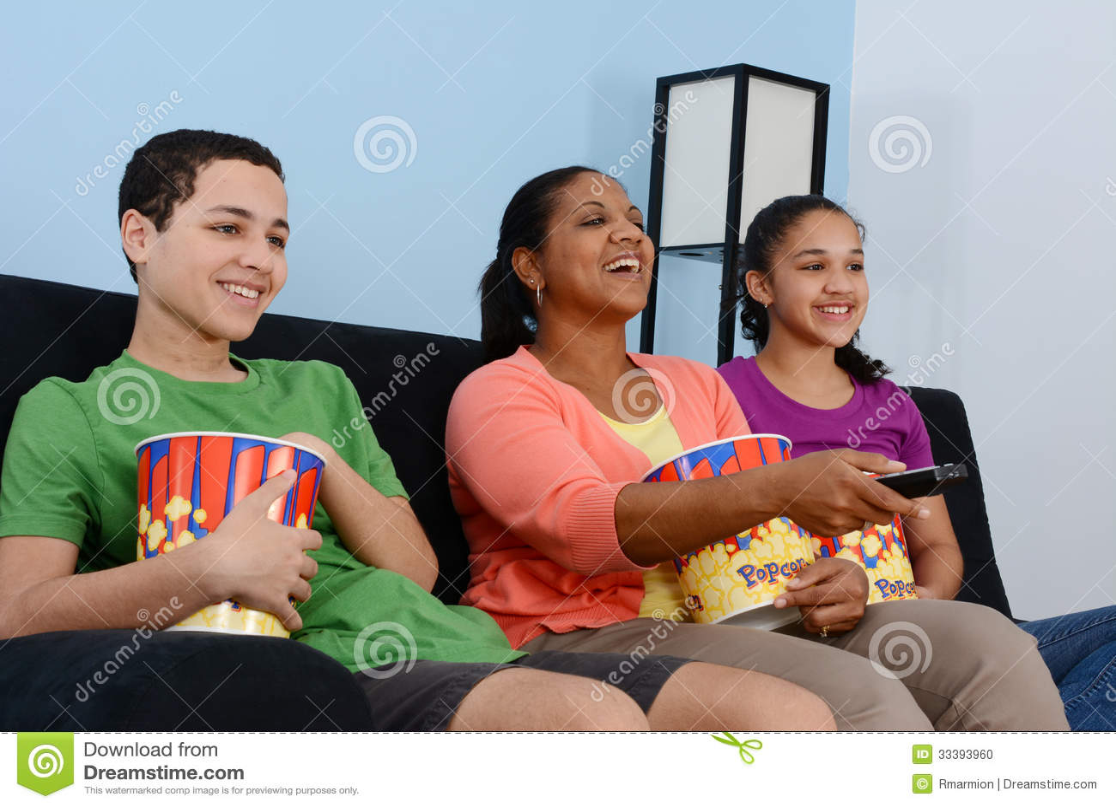 Familie die op TV letten