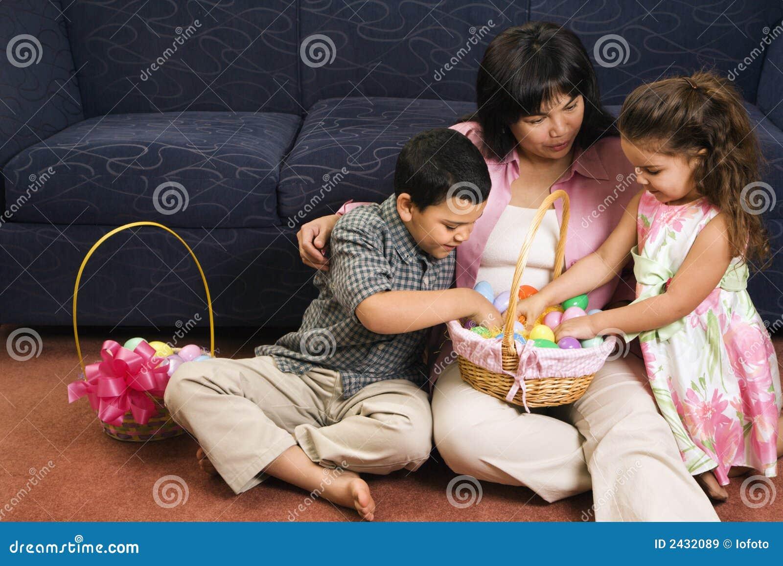 Familie, die Ostern feiert.