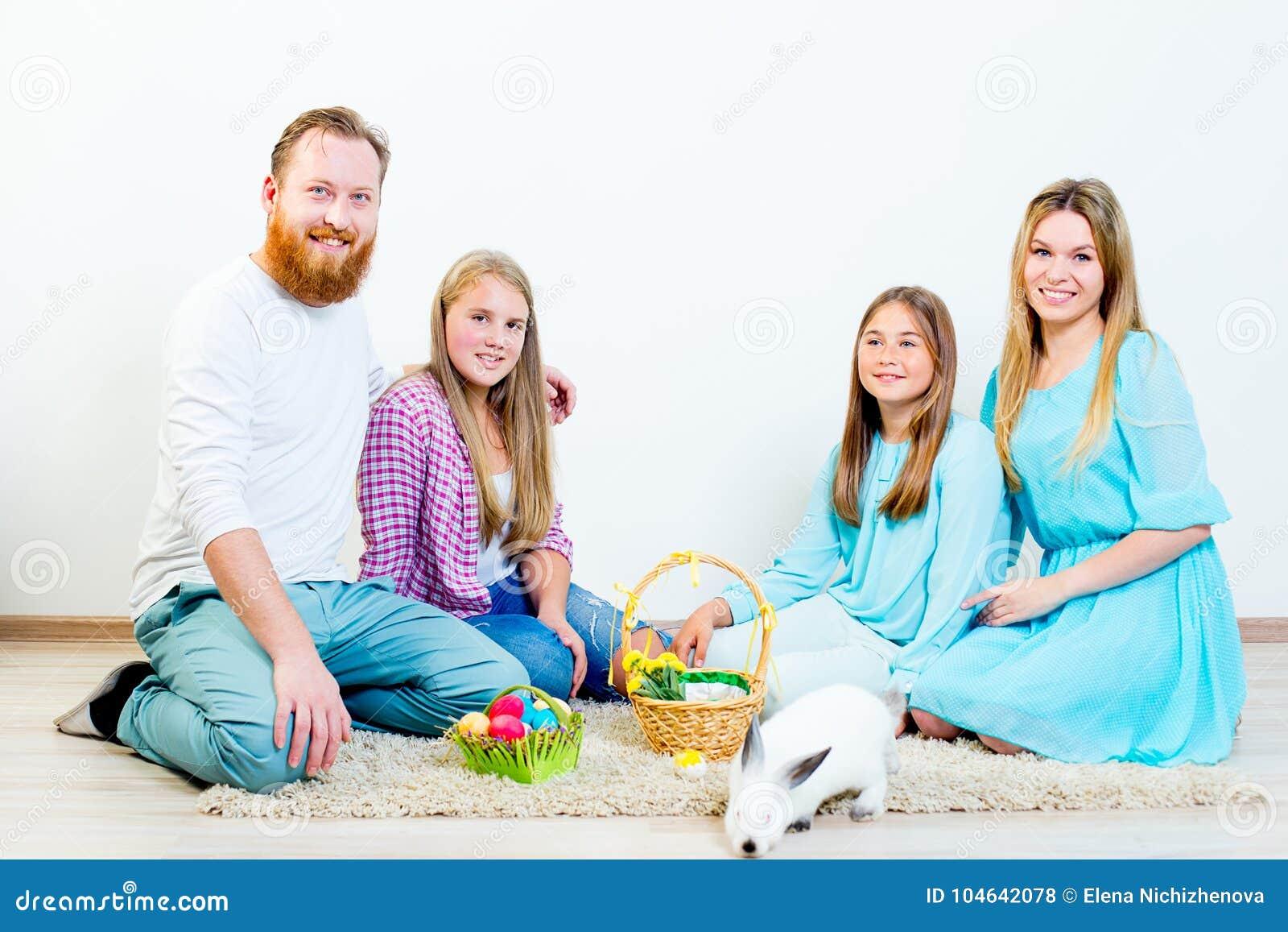 Download Familie die Pasen viert stock foto. Afbeelding bestaande uit binnen - 104642078