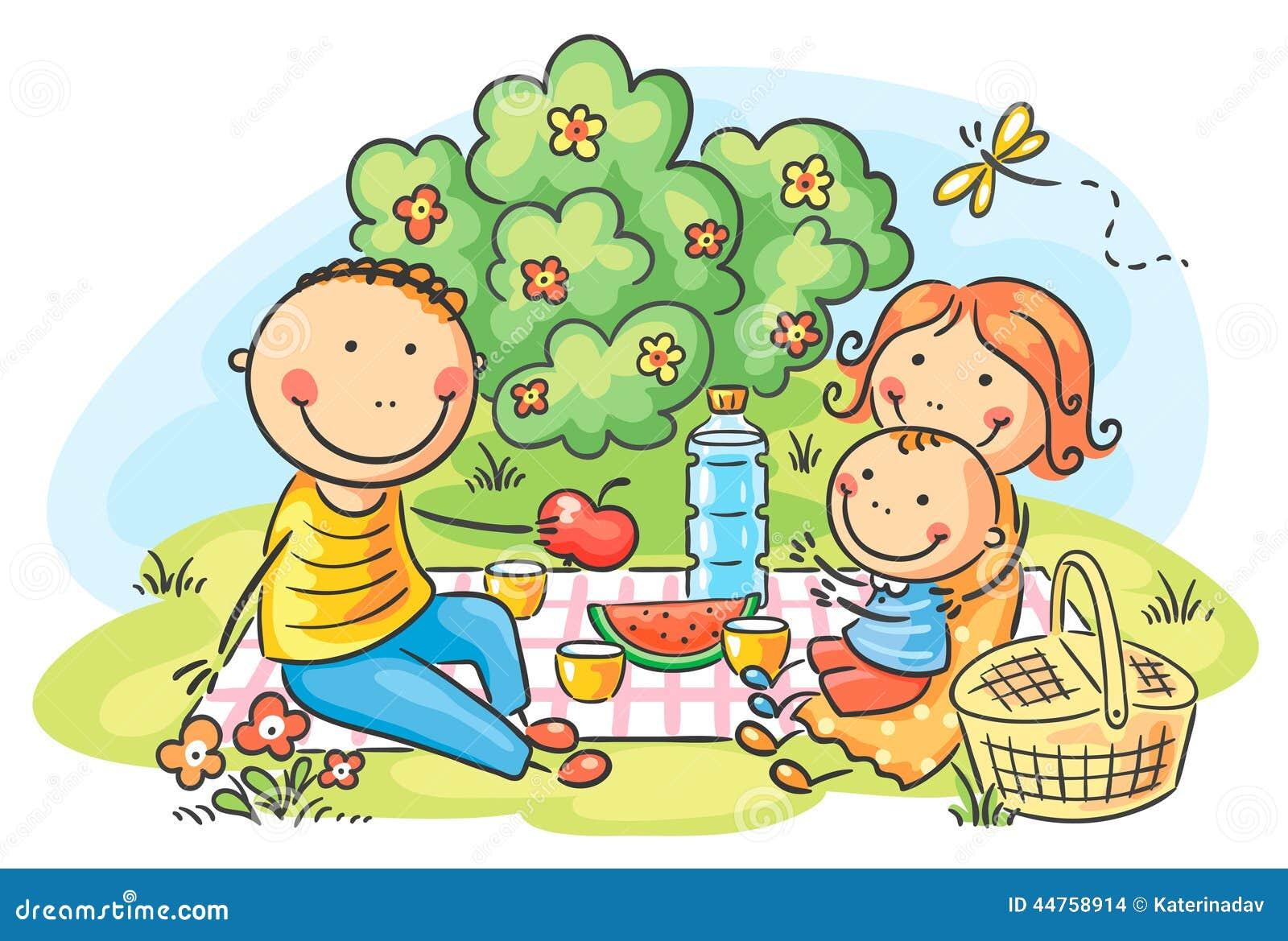 Familie, die Picknick draußen hat
