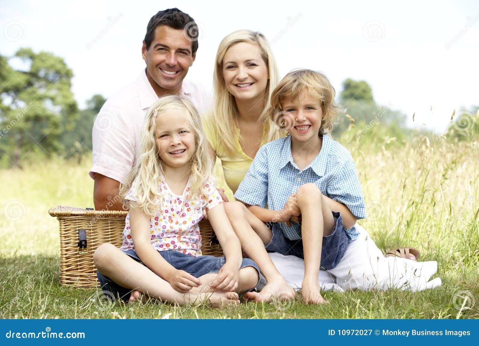 Familie die picknick in platteland heeft