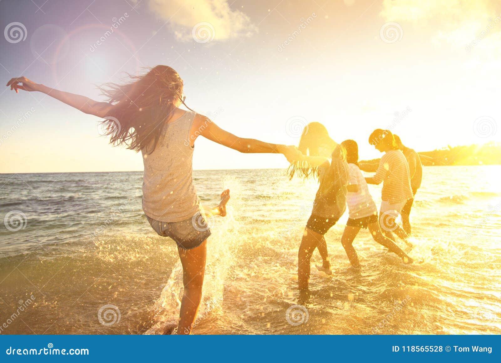Familie die pret op het strand hebben