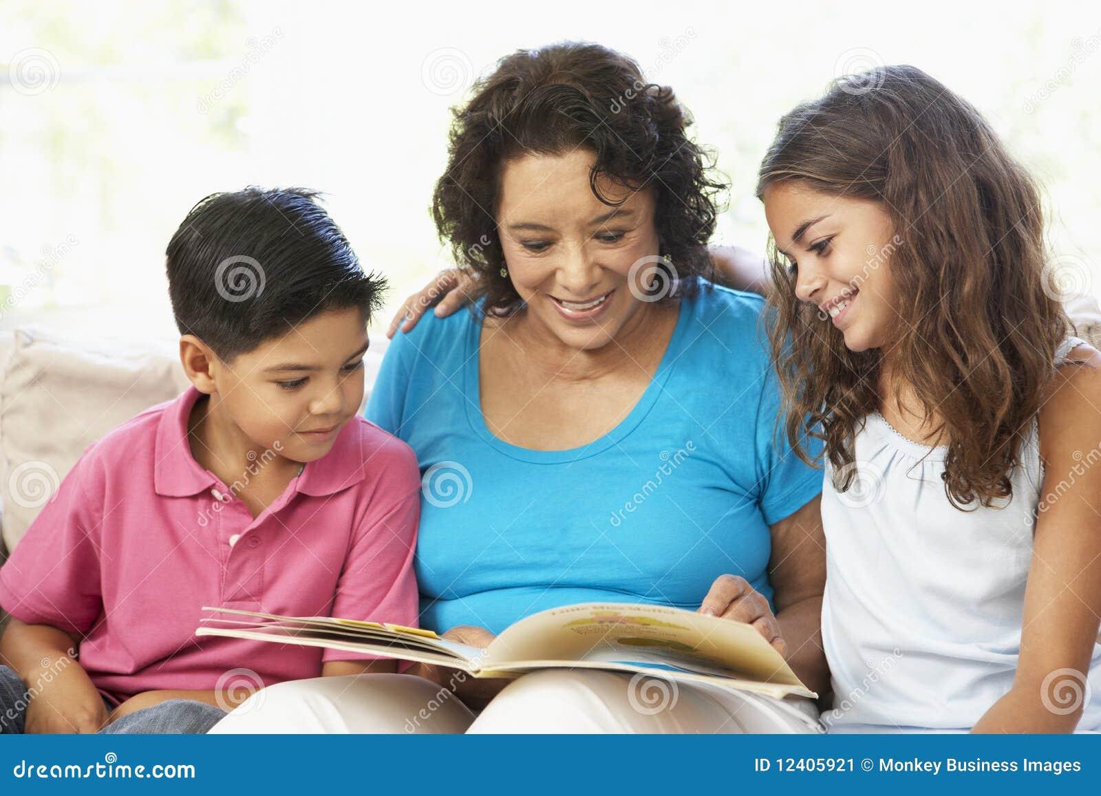 Familie, die sich zu Hause entspannt, ein Buch lesend