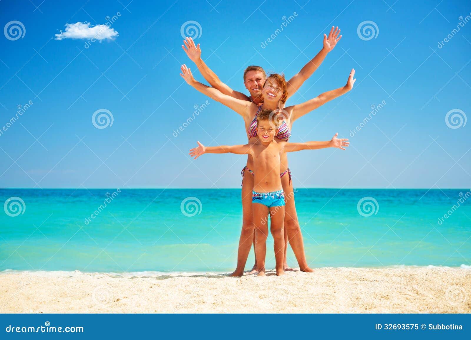 Familie, die Spaß am Strand hat
