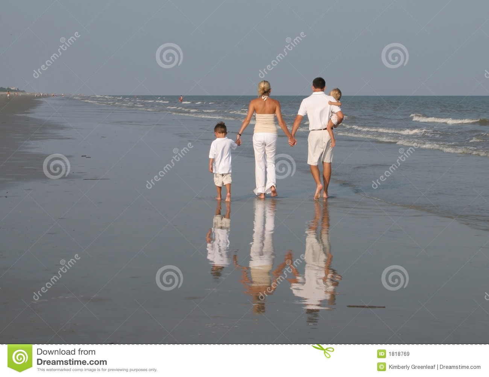 Familie, die am Strand geht