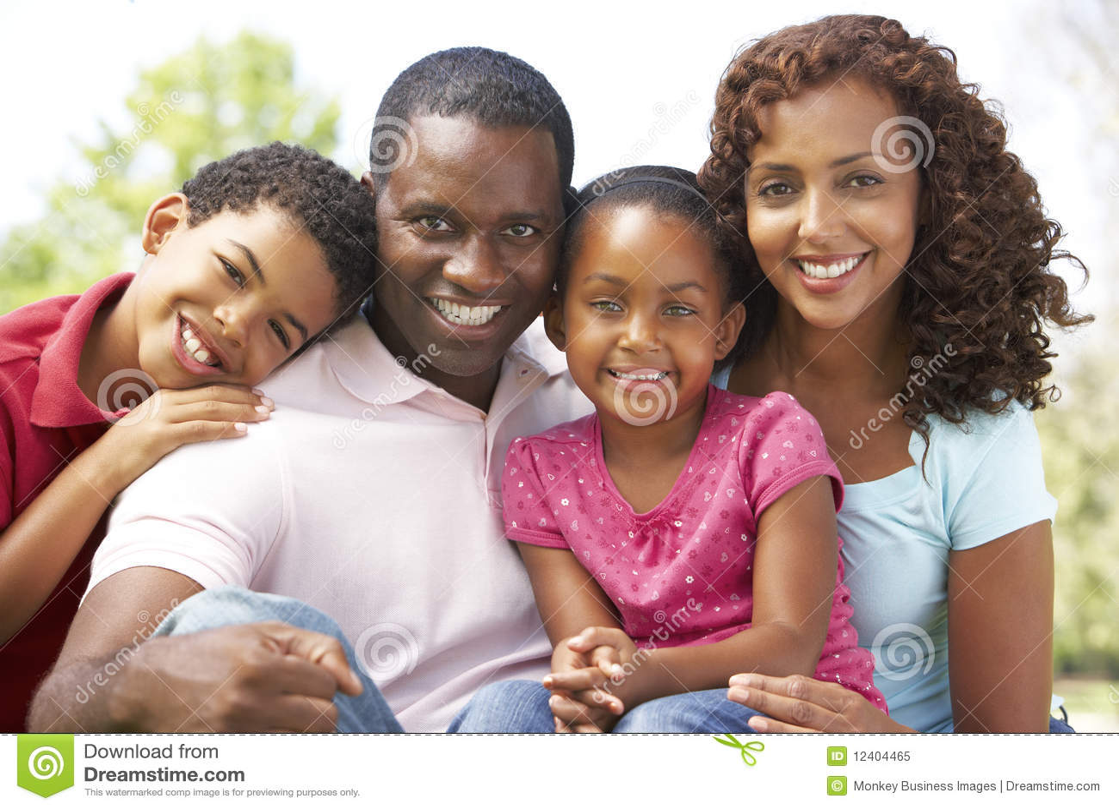 Familie, die Tag im Park genießt
