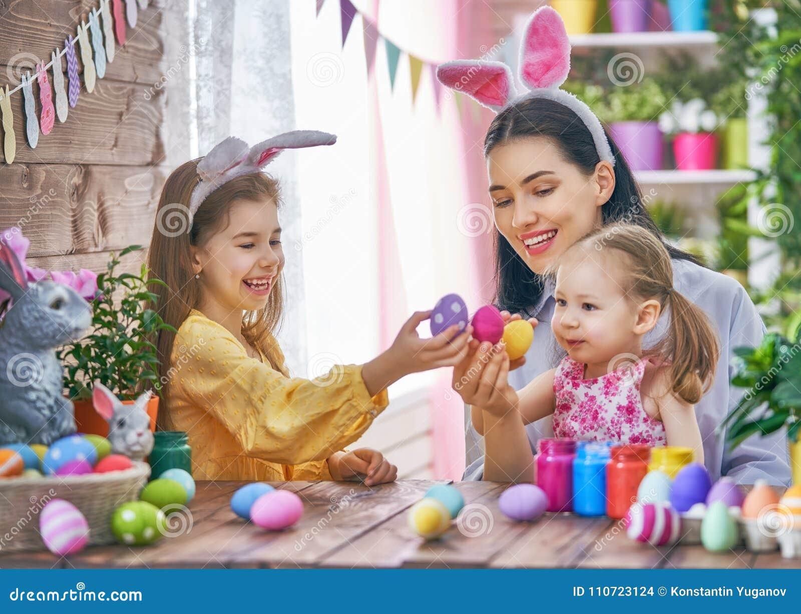 Familie die voor Pasen voorbereidingen treft
