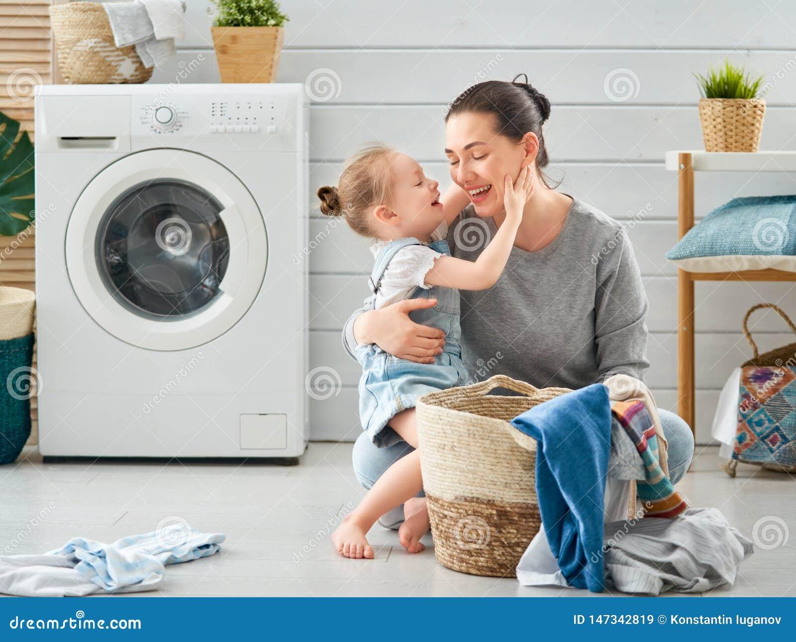 Familie die wasserij doen