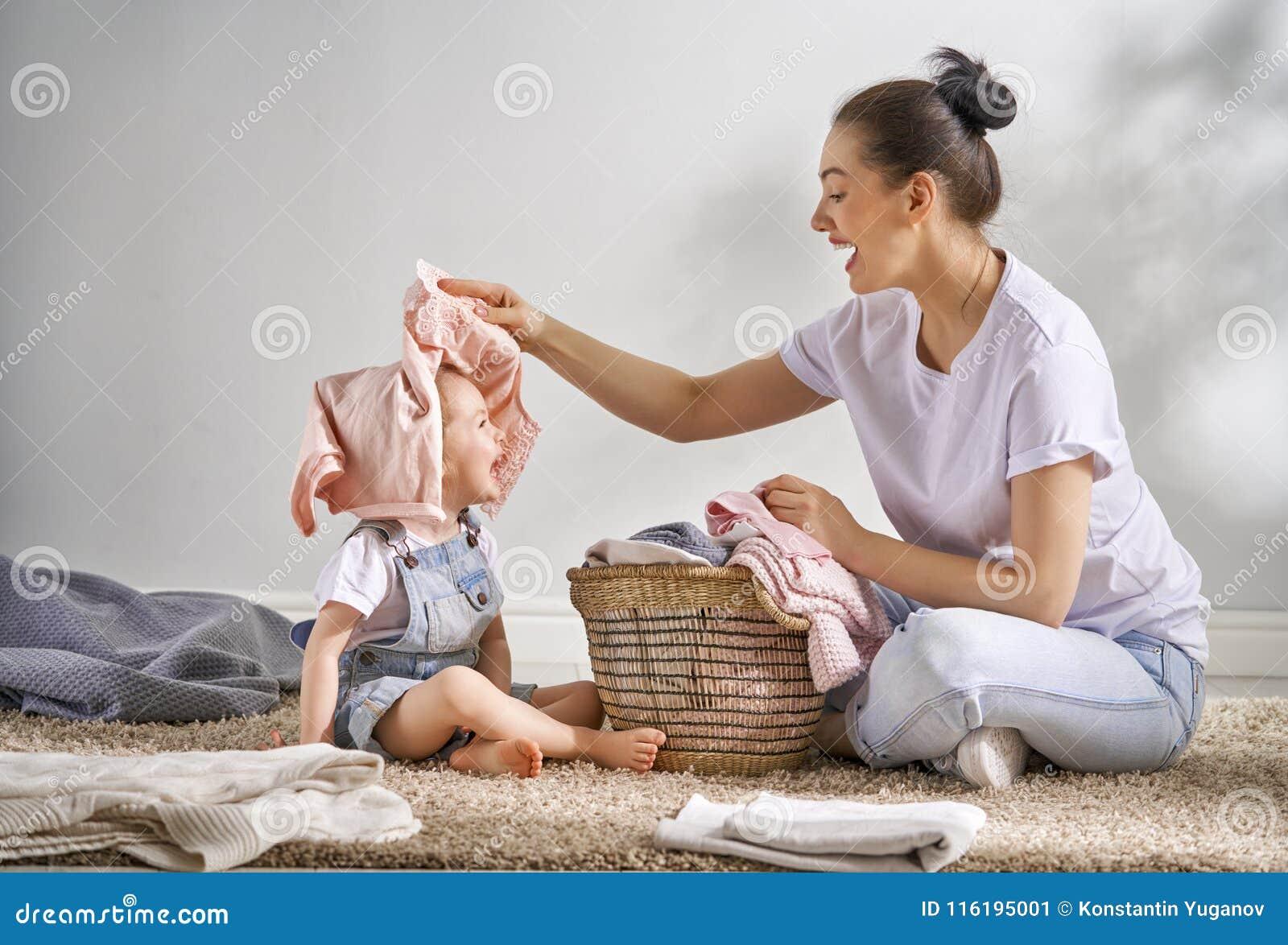 Familie die wasserij thuis doen