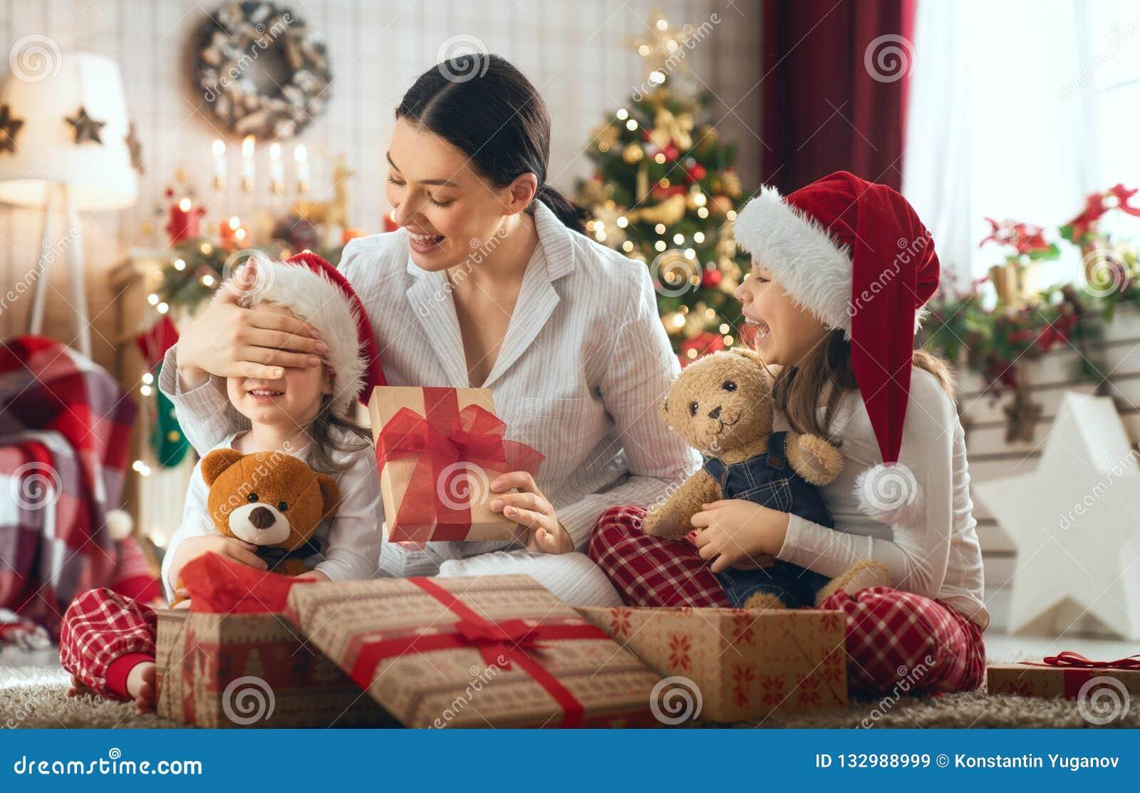 Geschenkideen Familie Weihnachten.Familie Die Weihnachten Feiert Stockbild Bild Von Geschenk