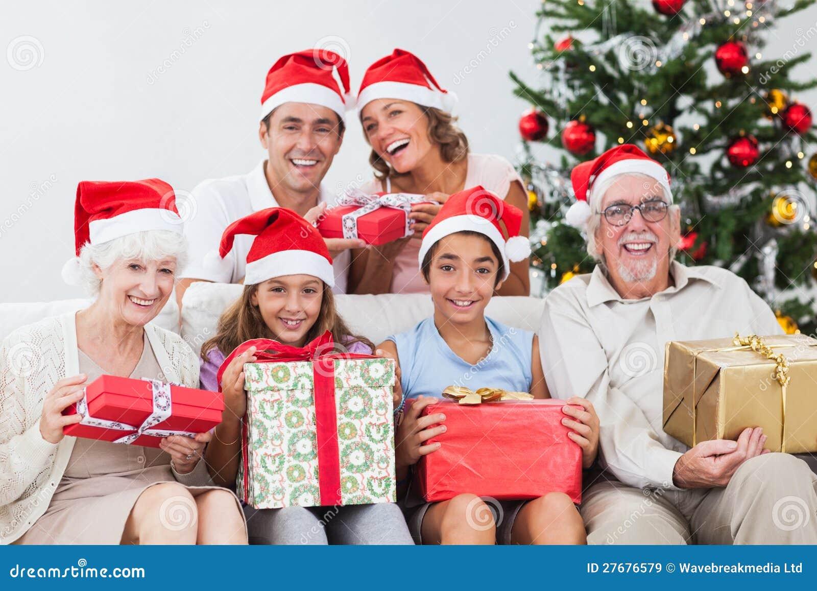 Familie, Die Weihnachtsgeschenke Austauscht Stockbild - Bild von ...