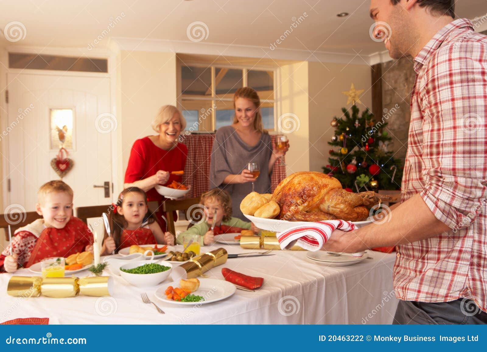 Familie, Die Weihnachtszu Abend Isst Stockfoto - Bild von