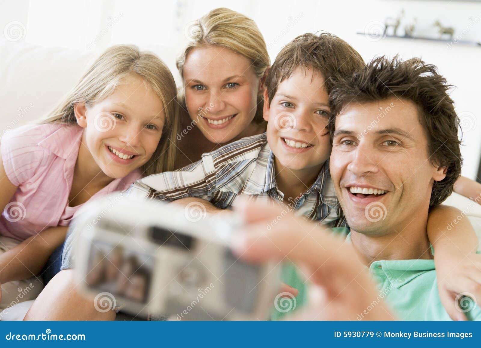 Familie die zelfportret met digitale camera neemt