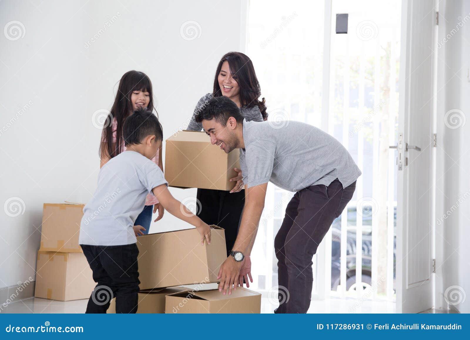 Familie die zich aan een Nieuw Huis bewegen
