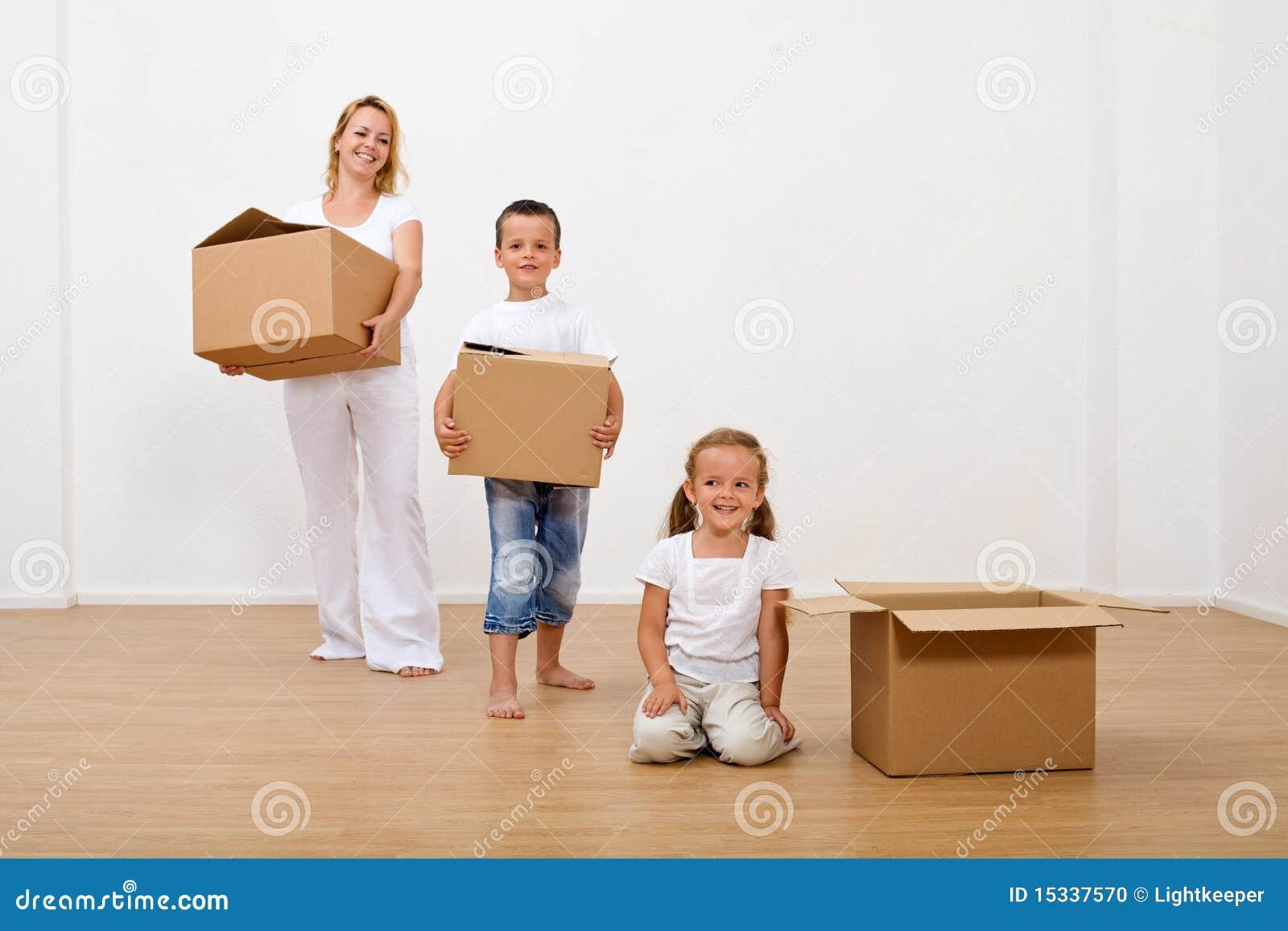 Familie die zich in een nieuw huis beweegt