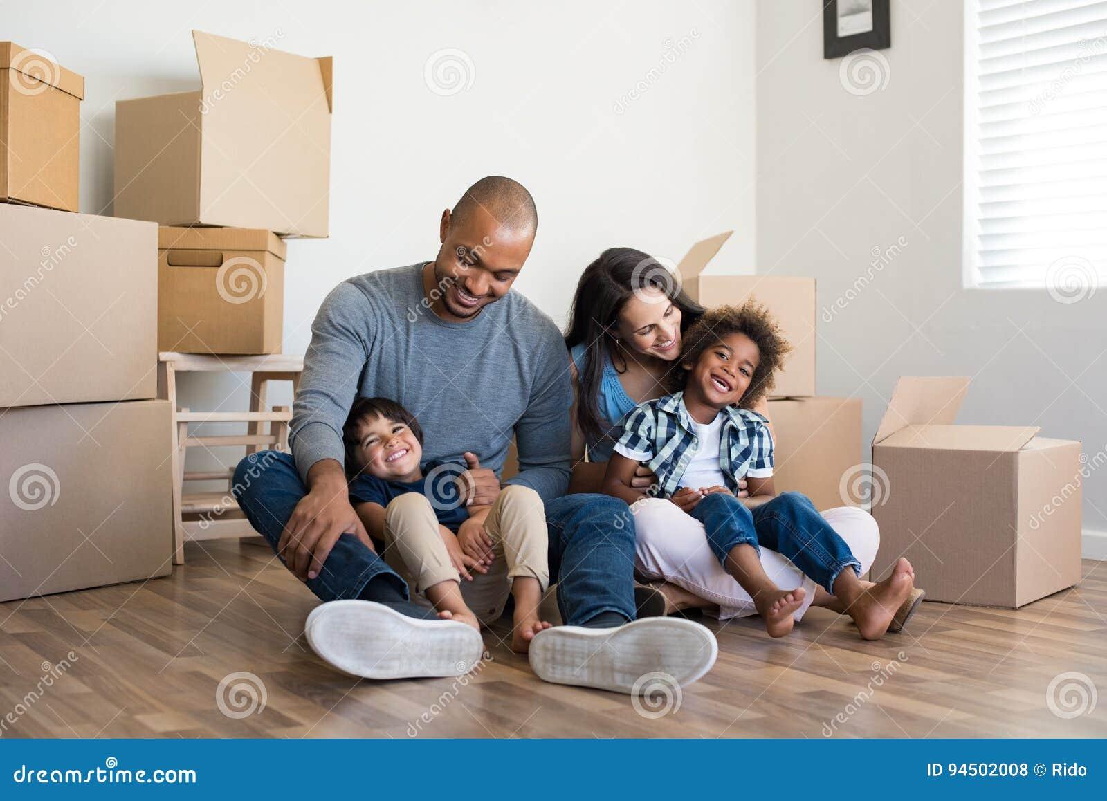 Familie die zich naar huis beweegt