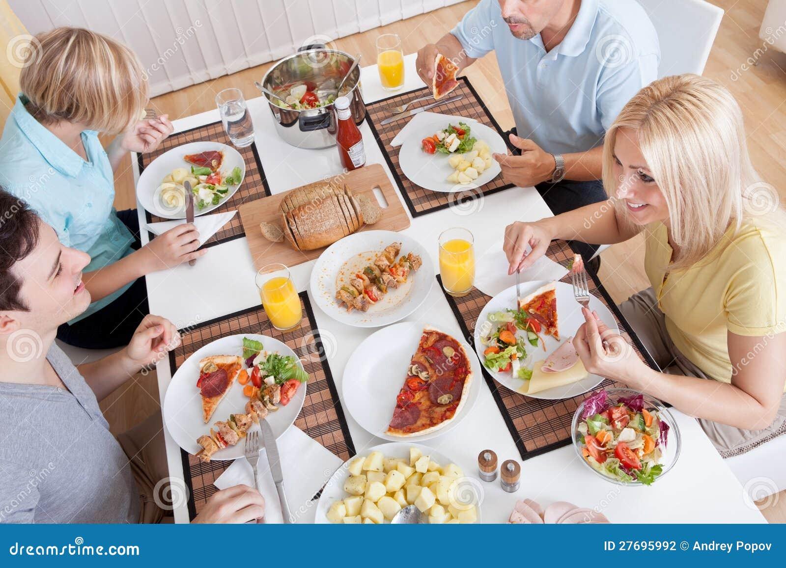 Familie, die zu Abend isst stockbild. Bild von abend