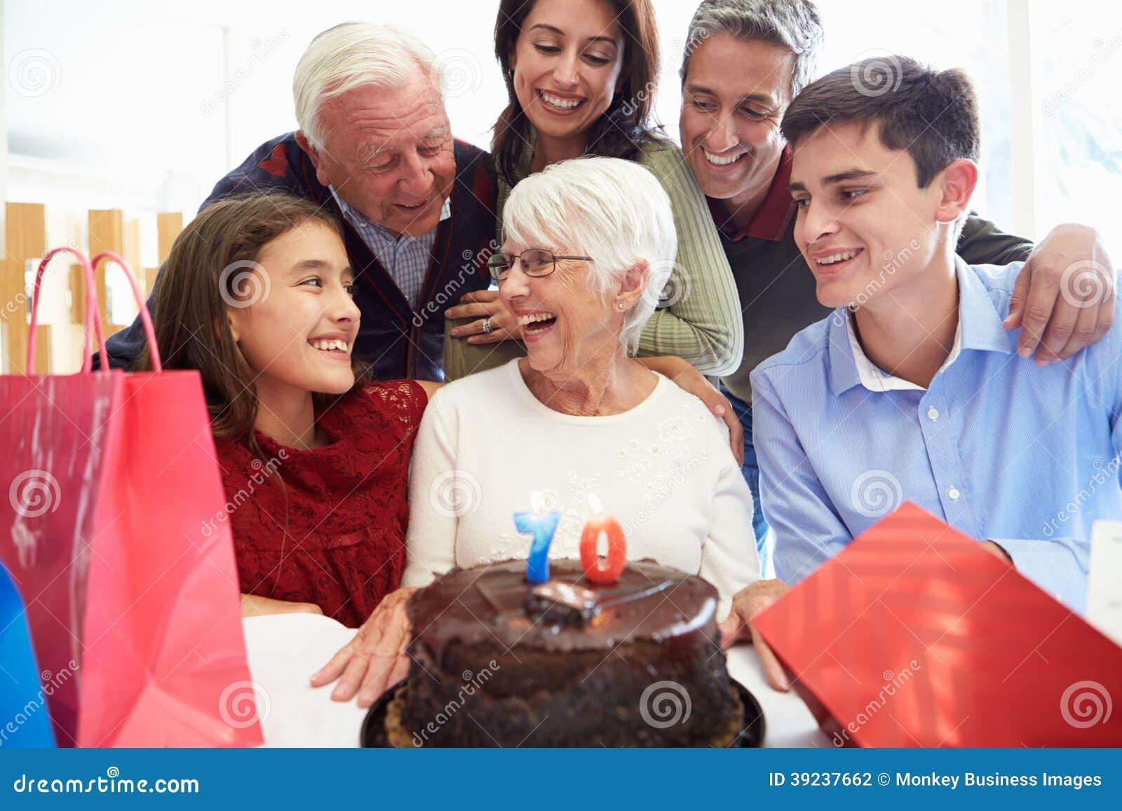 Familie, die zusammen 70. Geburtstag feiert