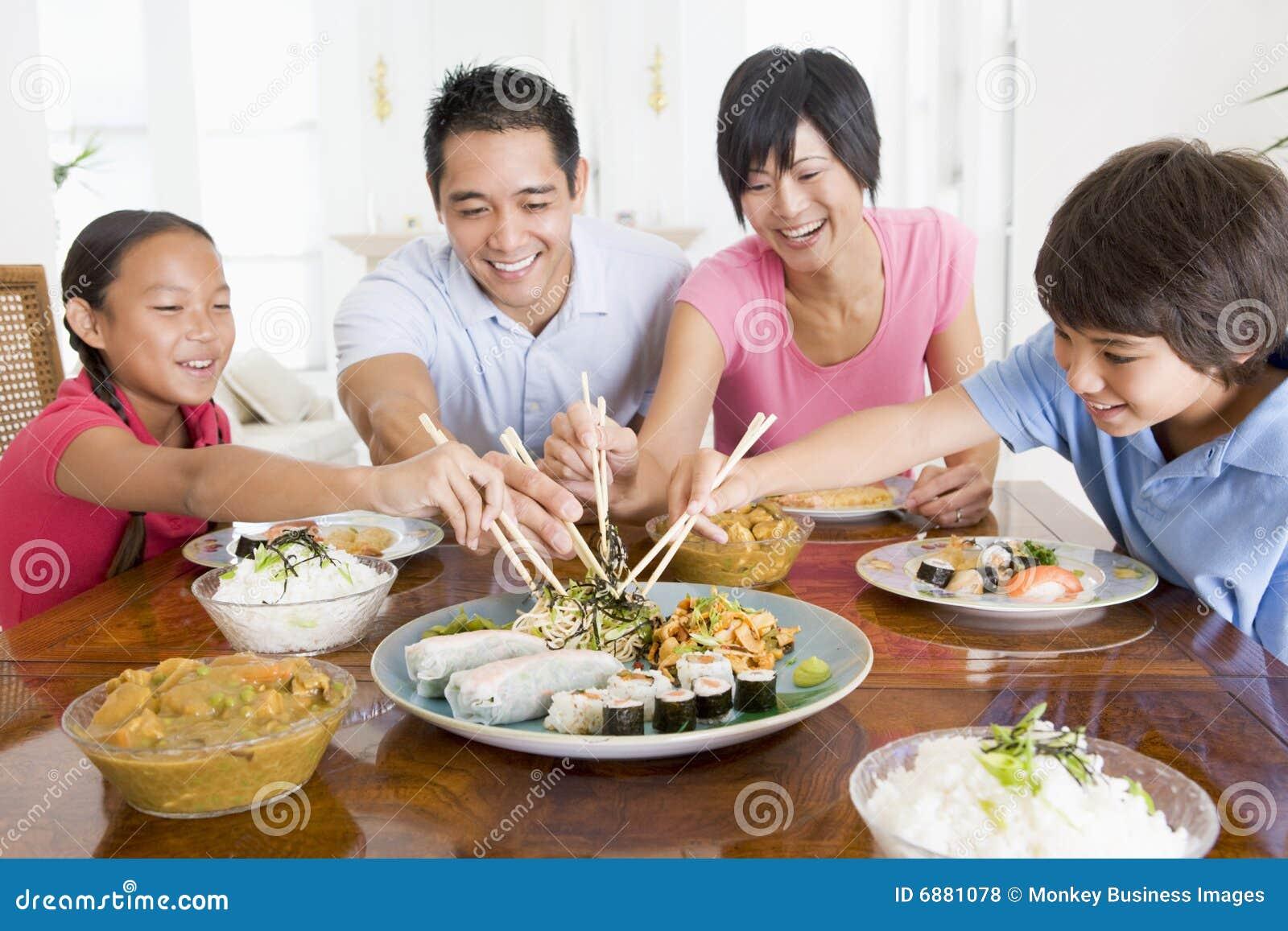 Familie, die zusammen Mahlzeit, Mealtime genießt