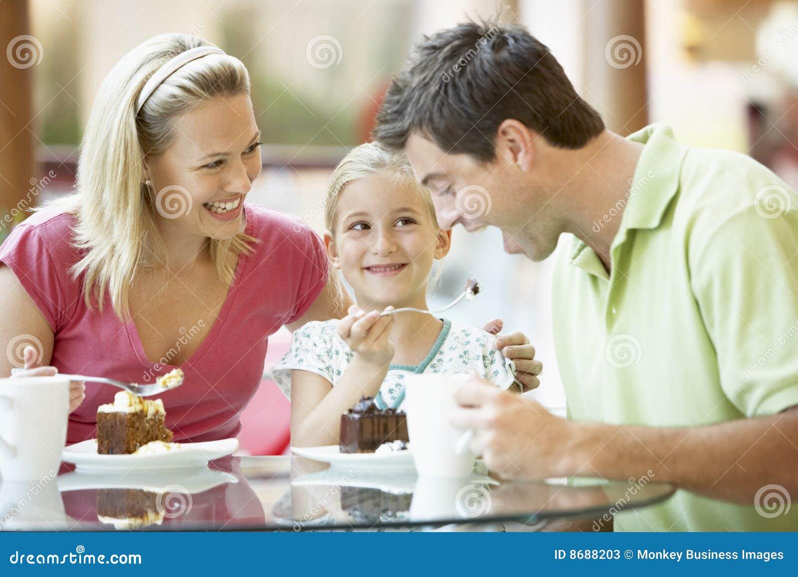 Familie, die zusammen am Mall zu Mittag isst