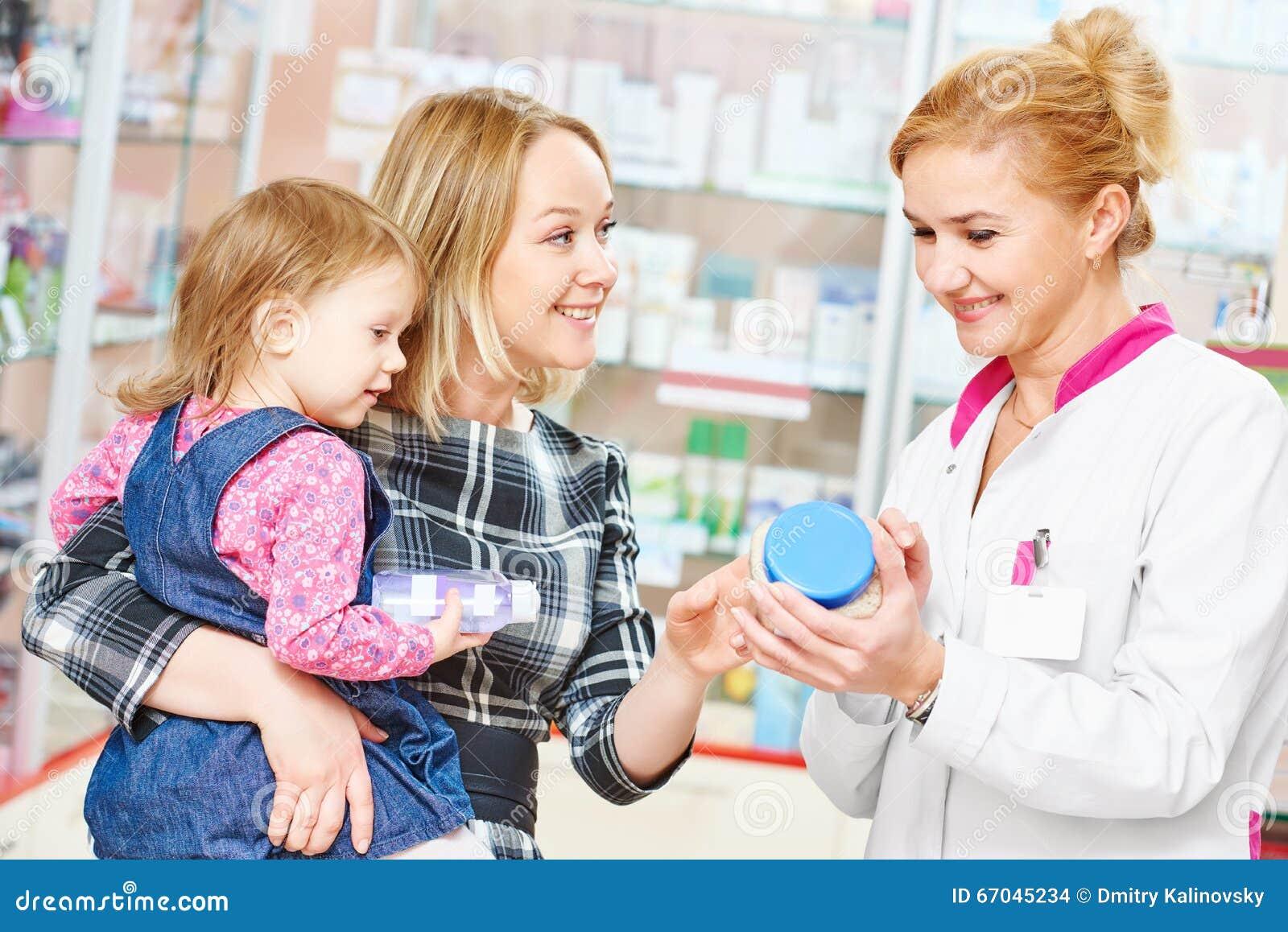 Familie in drogisterij