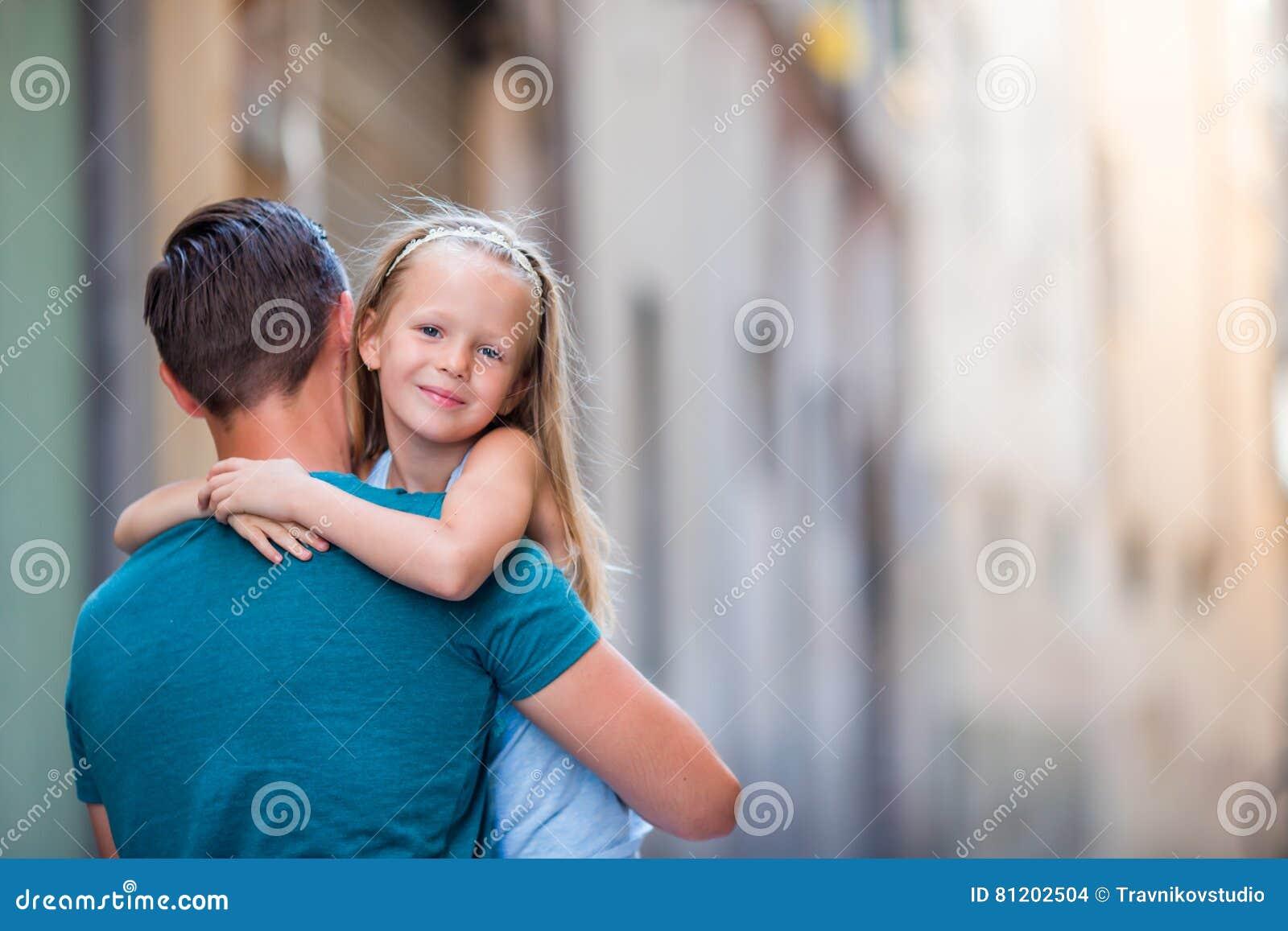 Familie in Europa Gelukkige vader en weinig aanbiddelijk meisje in oude stad tijdens de zomer Italiaanse vakantie