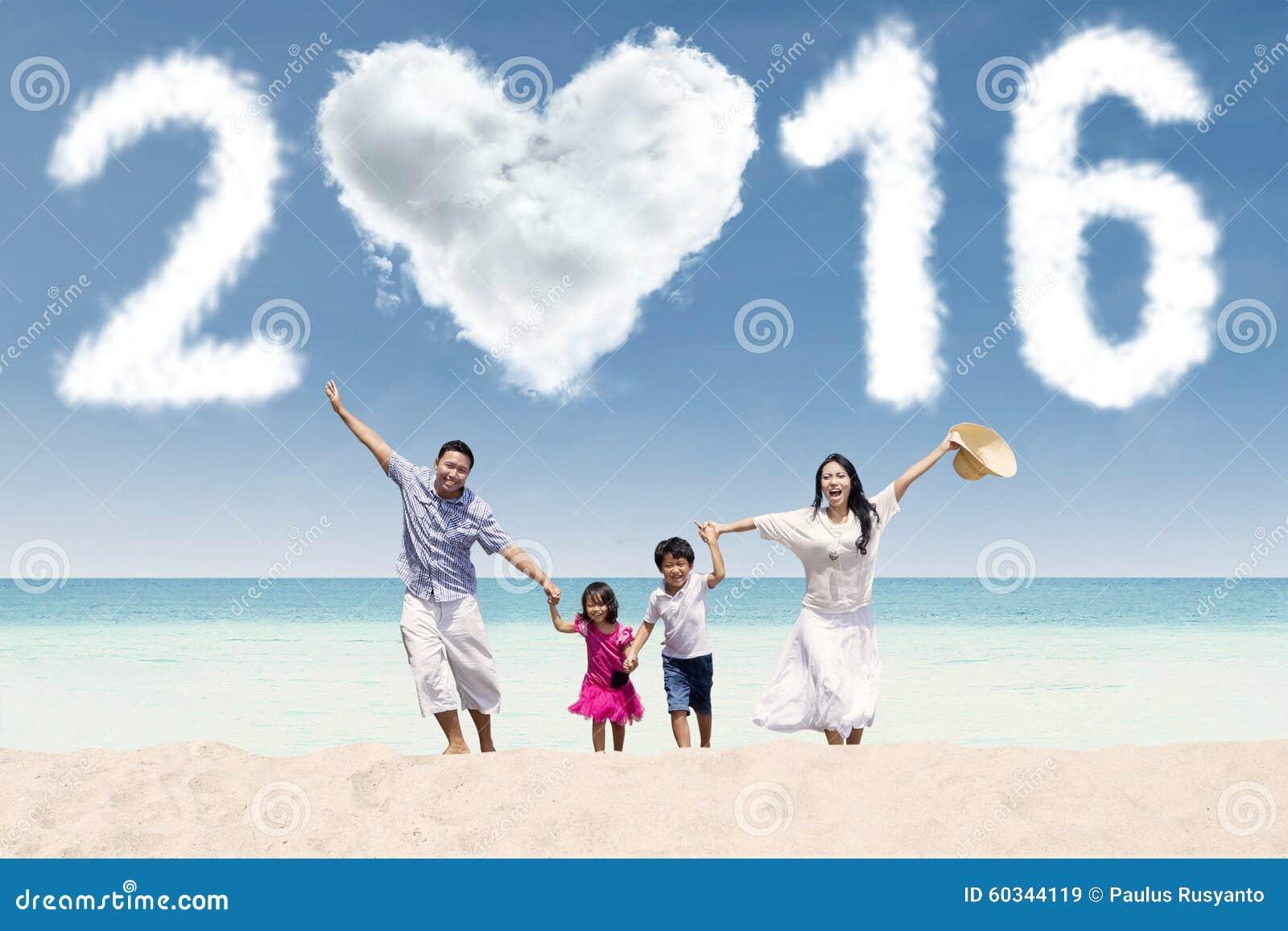 Familie feiern neues Jahr von 2016 auf Strand