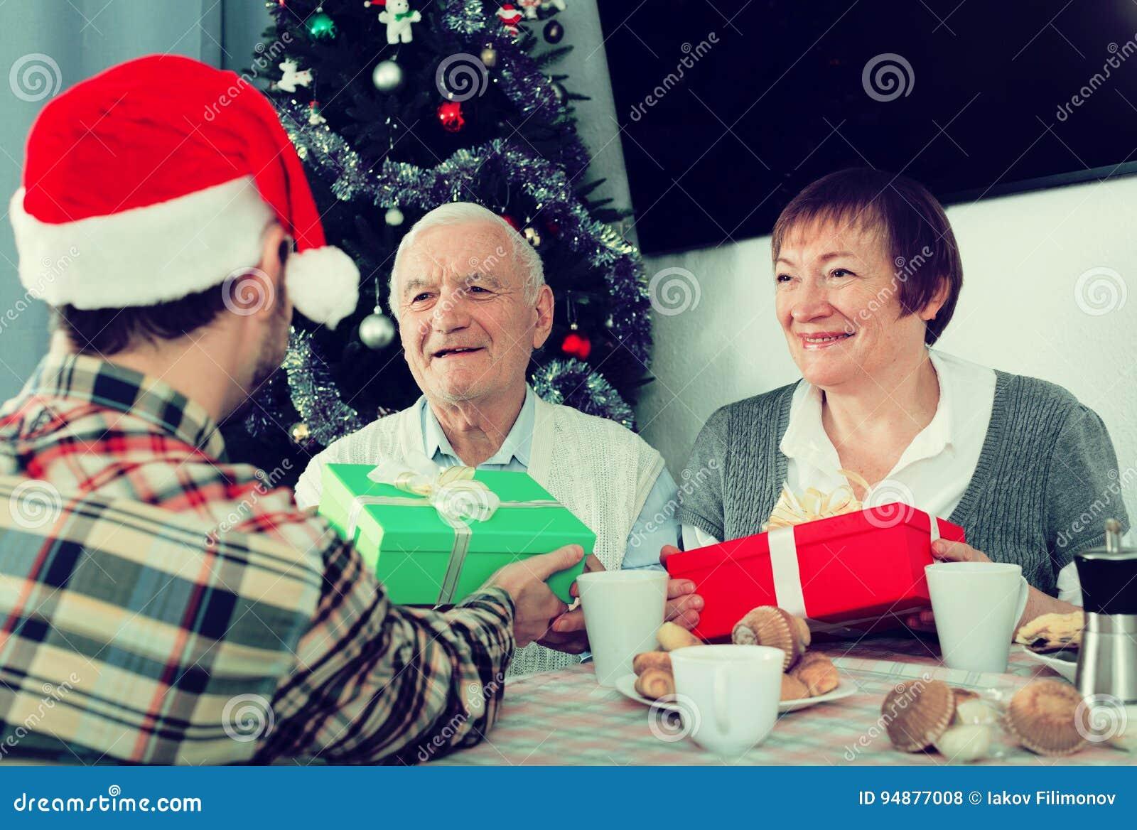Familie Gibt Weihnachtsgeschenke Stockfoto - Bild von geben, ehemann ...