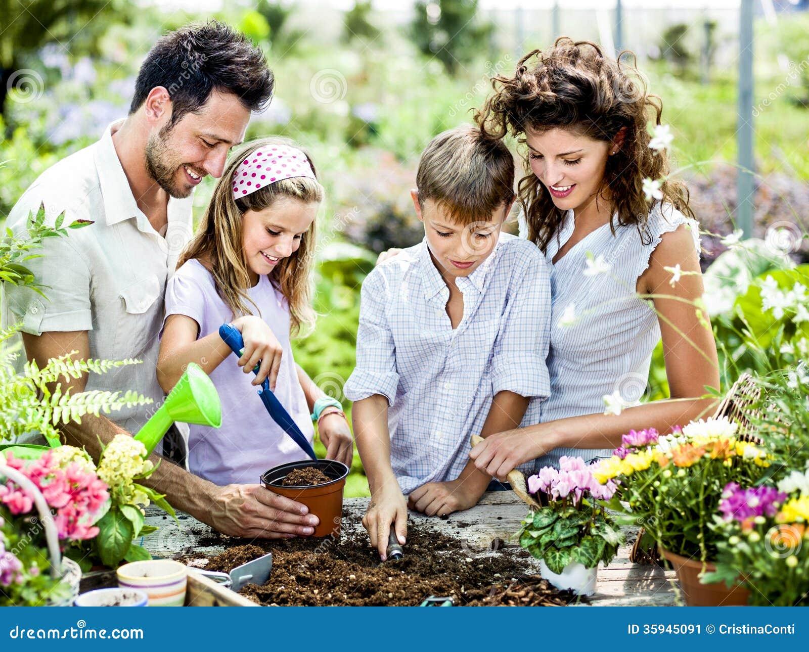 Familie haben Spaß in der Arbeit der Gartenarbeit