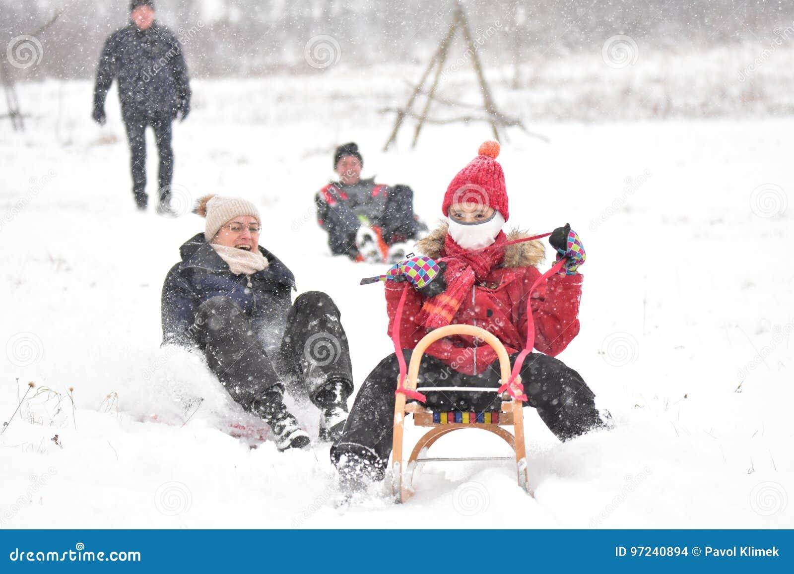 Familie het sledding in de winter op de sneeuw