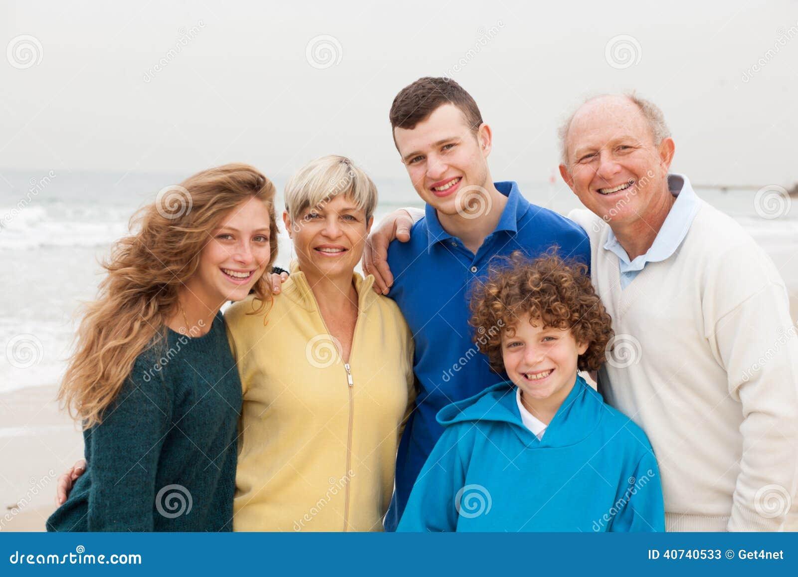 Familie het stellen op strandachtergrond