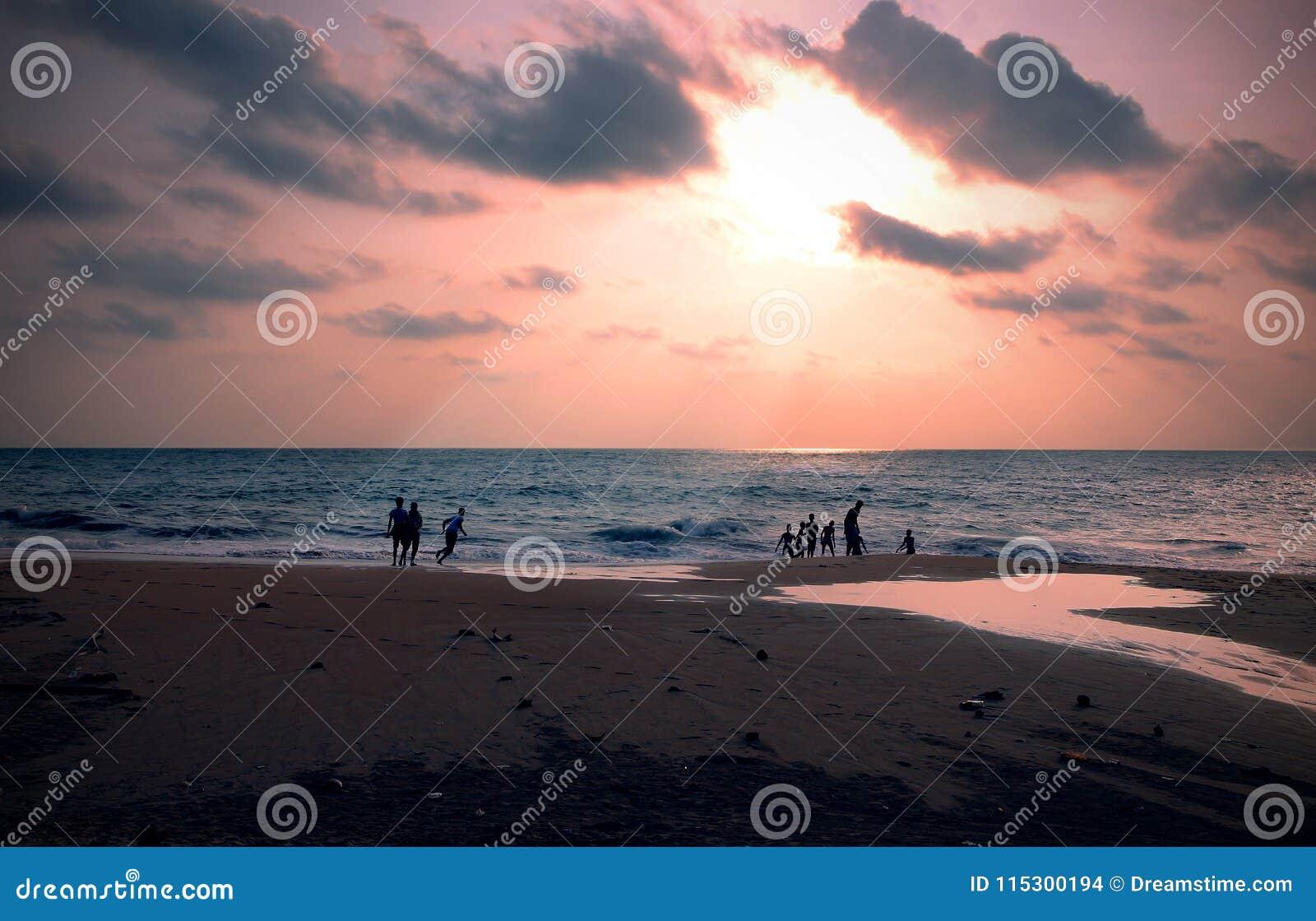 Familie in het strand van Sri Lanka