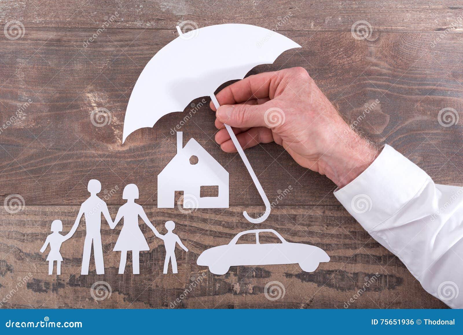 Familie, huis en autoverzekeringsconcept